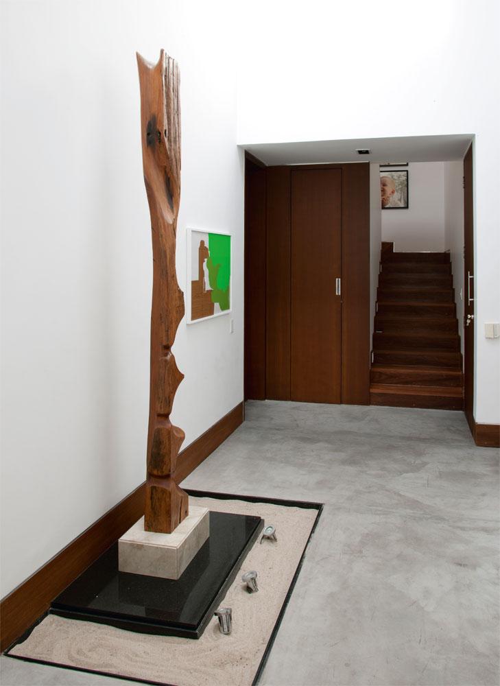 Exposição permanente  No hall de entrada da casa, Vanessa criou um espaço para expor a coleção de arte que ela iniciou. A escultura é de Demétrius Coelho e o quadro, de Tatiana Blass