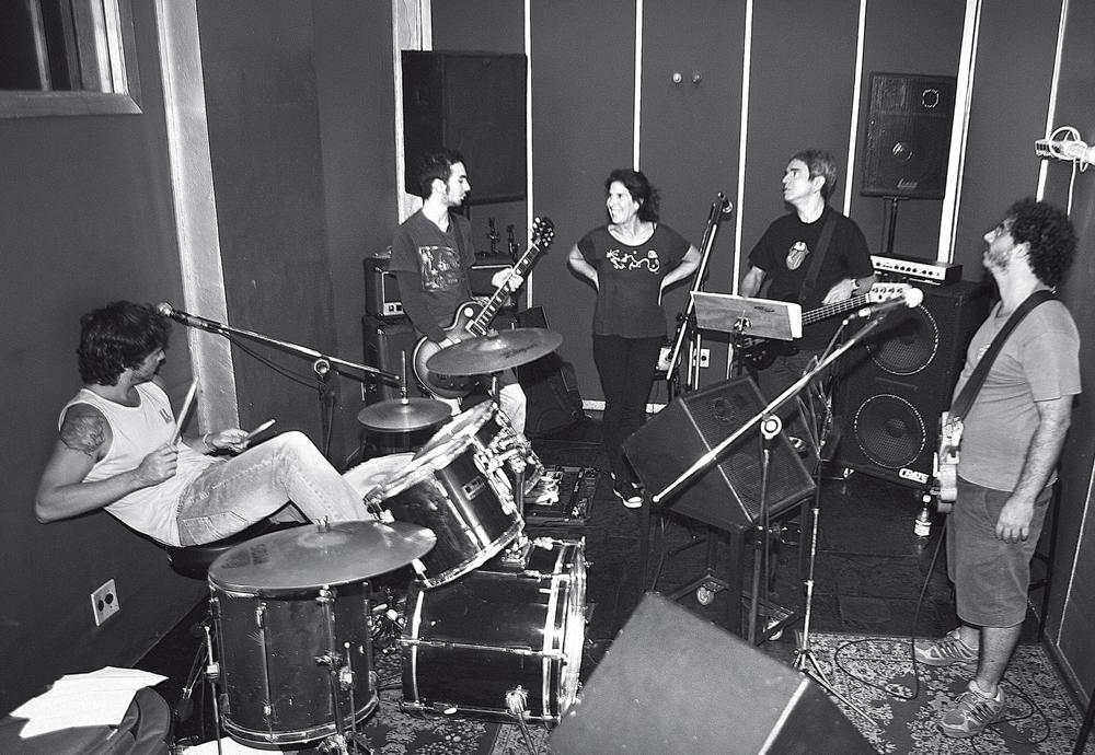 No estúdio Hanoi Hanoi, em ensaio para um show da Virada Cultural, em São Paulo, em 2009. Kika e Vivi cantariam ao lado de Arnaldo Brandão