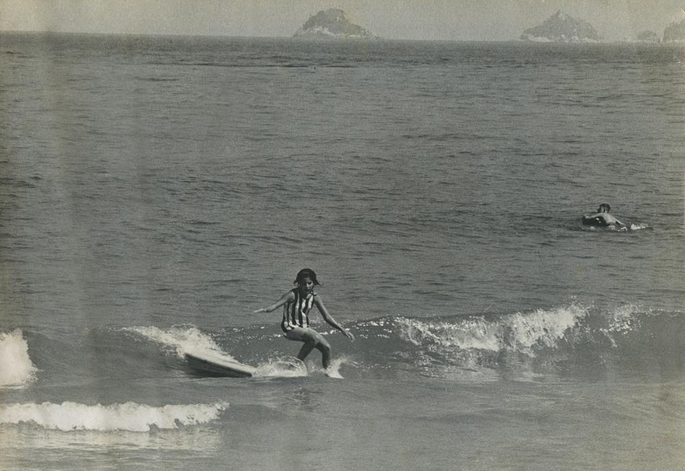 Surfando de pranchão na praia do Arpoador, no Rio de Janeiro, em 1966