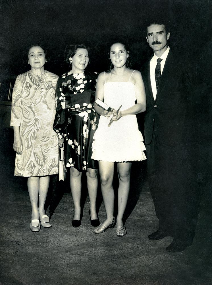 De branco, na formatura do Colégio Bennett, entre a mãe e o pai, e tia Dedé.