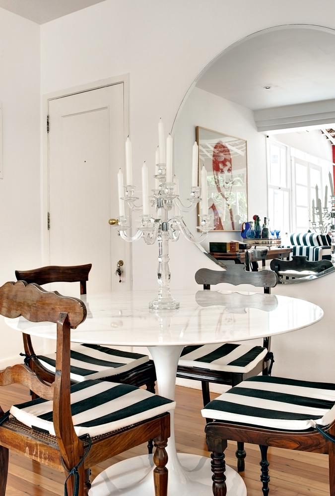 Mignon - A mesinha Saarinen virou mesa de jantar e é acompanhada por quatro cadeiras antigas vindas do apartamento de casada. O candelabro veio da rua Siqueira Campos, em Copacabana