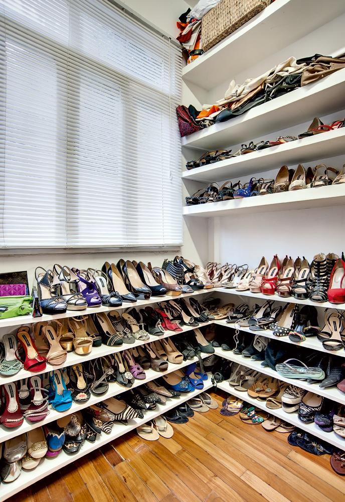 """Colecionadora - Um pequeno quarto acabou virando closet para a """"sapateira"""", que cuida com muito carinho de seus pares. As prateleiras, feitas sob medida por um marceneiro, transformaram o quarto pequeno em um belo closet"""