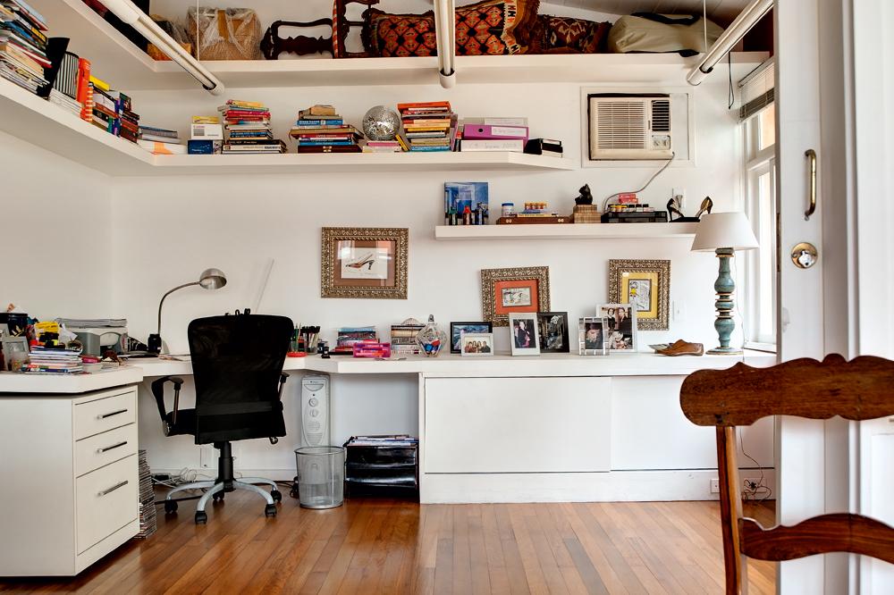 Multifuncional - A bancada do escritório já existia quando Constança se mudou, mas ela decidiu fechar uma parte dela para poder guardar toalhas e lençóis