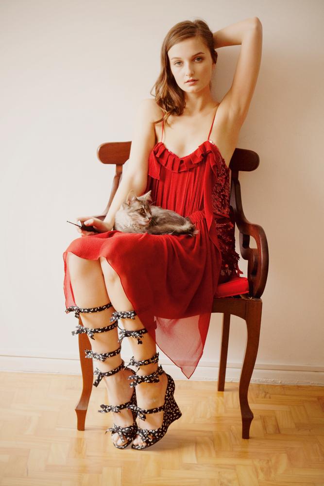Vestido Reinaldo Lourenço R$ 2.189, sandália Louis Vuitton preço sob consulta