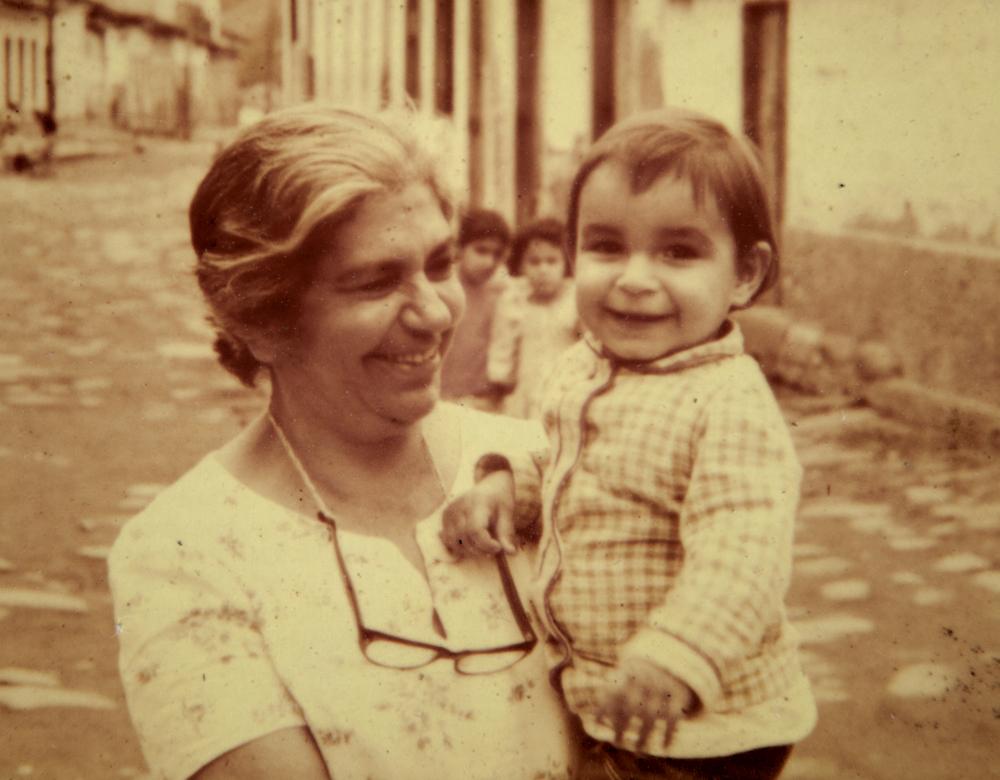 No colo da avó materna, Josephina Gibrail Costa, uma das primeiras vereadoras mulheres no Brasil, nas ruas do centro histórico de Paraty