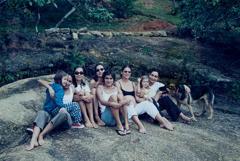 No mesmo lugar, dez anos atrás: as irmãs Maia, Maíra, a mãe, Maria Izabel, Maria, Mariza, Mabel, a sobrinha, Helena, e Belita