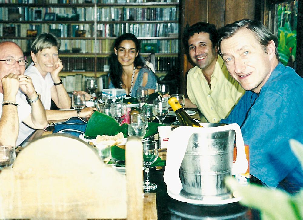 Da esq. para a dir., Louis Baum, Josephine Bradley, Belita, Mauro Munhoz e o escritor Julian Barnes, na primeira Flip, em 2003, num almoço no Le Gite d'Indaiatiba, em Paraty