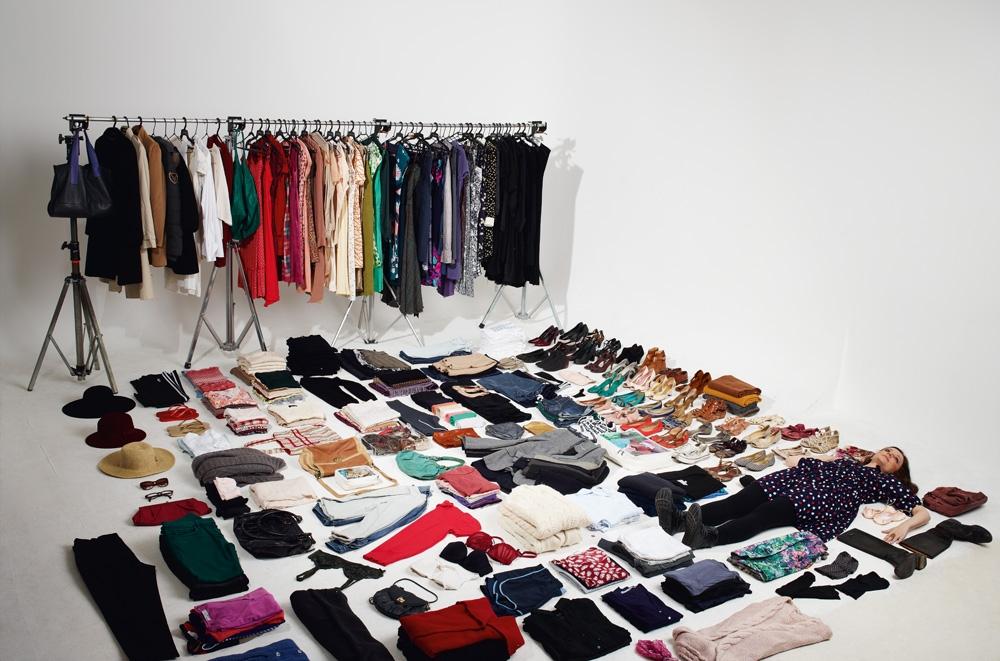 A atriz Nana Yazbek com todas as roupas que tem no armário