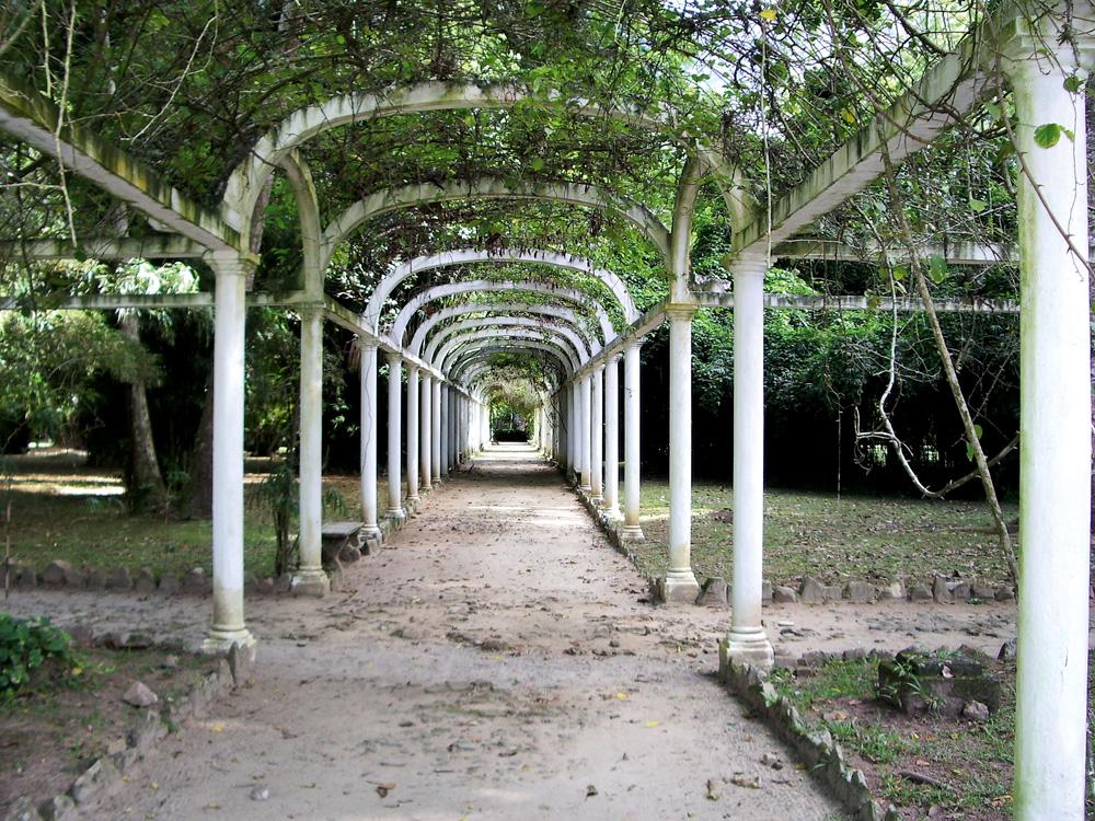"""Jardim Botânico - """"É um lugar ótimo para passear e tem um dos parquinhos mais lindos que já vi. Costumamos ir no Café Botânico."""" Vai lá: r. Jardim Botânico, 1.008, Jardim Botânico, (21) 3874-1808"""