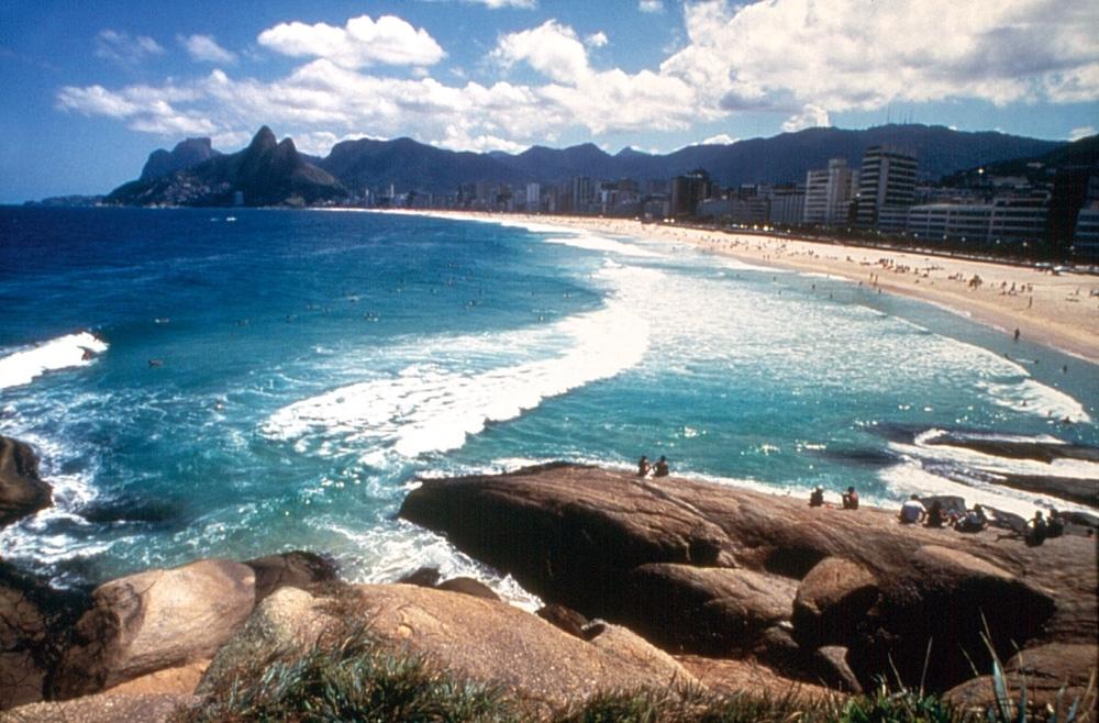 """Praia do Arpoador - """"Como meu pai mora perto, posso deixar as crianças com ele para nadar um pouco ou fazer uma caminhada rápida no calçadão. Exercícios ao ar livre me fazem muito bem. Mas também gosto de curtir a praia em família."""" Vai lá: zona sul, entre os bairros de Copacabana e Ipanema"""
