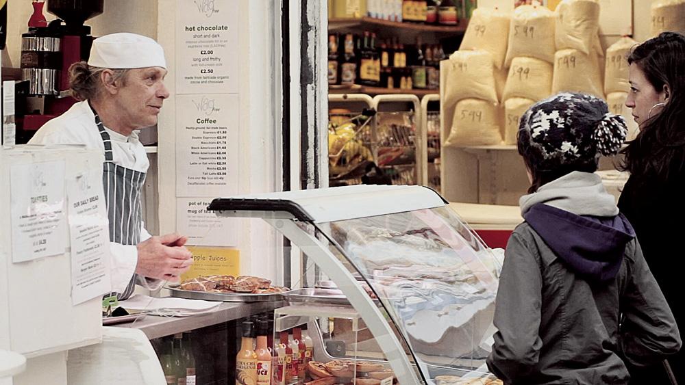 """Rodrigo Pinto: """"Sugiro os mercados de Brixton, começando na Electric Avenue. O local foi revitalizado por antigos comerciantes da comunidade caribenha, jovens artistas e chefs que não conseguiam um lugar pra iniciar um negócio. Brixton acomodou todo mundo e tem até moeda própria, o Brixton Pound. É o lugar mais interessante de Londres do ponto de vista gastronômico."""" Vai lá: www.brixtonmarket.net"""