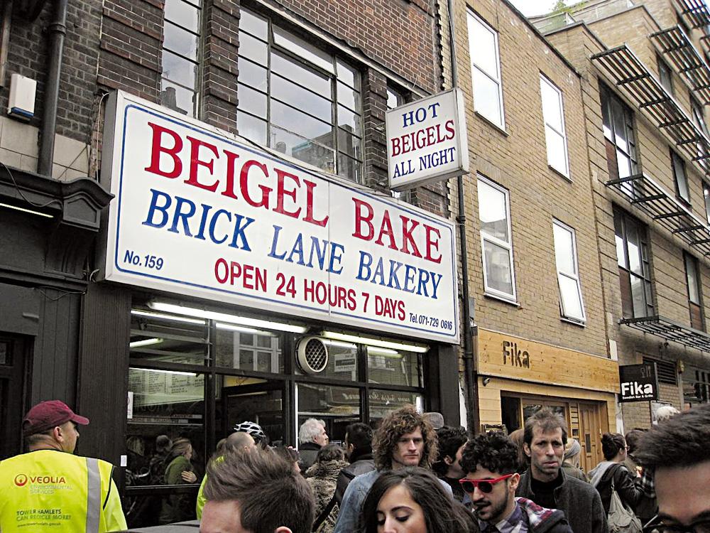 """Didi Wagner, apresentadora: """"Houve época em que desbravar East London era uma dica super-insider. Não mais. A área mais a leste de Londres já faz parte do circuito dos mais bem informados há um tempo. Mas East London consegue preservar sua identidade. Minha dica vai para a Brick Lane Bakery, padaria de bagels 24 horas. O cheiro do pão fresco conquista na rua! O lugar é ponto de encontro para quem vai passear no Brick Lane Market – mercado de pulgas que vende de tudo um pouco."""" Vai lá: www.visitbricklane.org"""
