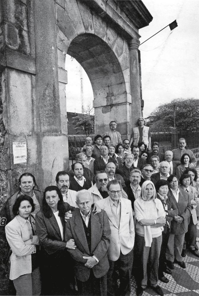 em 27 de julho de 1997, em frente ao arco do portal, resquício do presídio de Tiradentes, em São Paulo, 31 ex-presos políticos posam para a foto, a convite da revista Veja