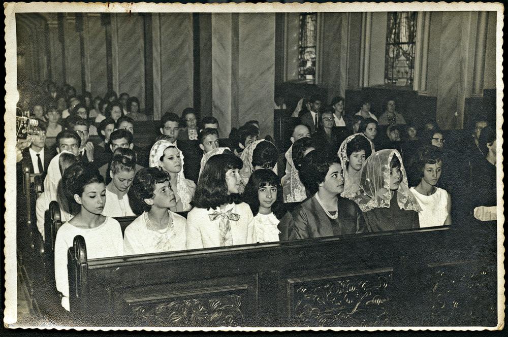 """na missa, em 1963: """"Sou a primeira à esquerda. Não suportava o véu branco"""""""