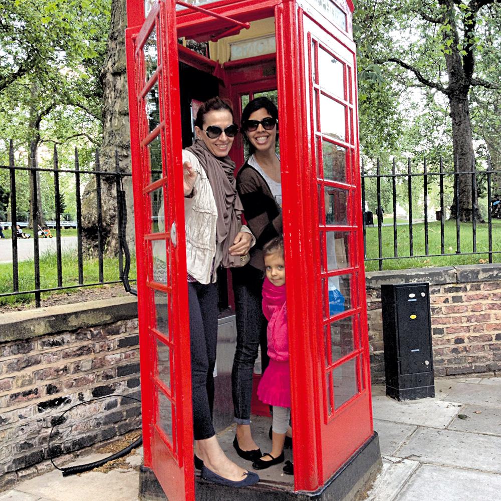 """16:30 - """"Minha mãe [Flora Gil] e eu não resistimos e tiramos uma foto com a Flor na típica cabine de telefone vermelha"""""""