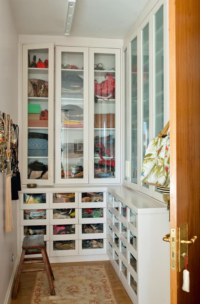 Organizada - Detalhe do closet, projetado pela arquiteta Tieko Matsuda e executado pela BJ Marcenaria