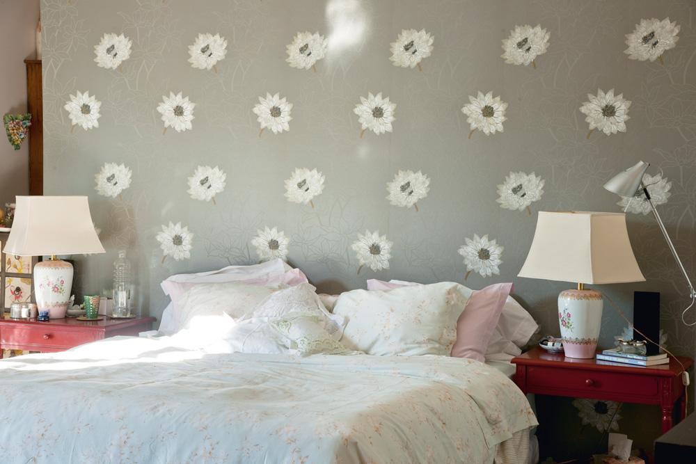 Repaginado - Fawsia queria um quarto de dormir fresco, que fosse claro, com vento e lembrasse um quarto de praia. O papel de parede é da Wallpaper e os dois abajures eram um par de vasos de uma amiga que ela transformou em luminária