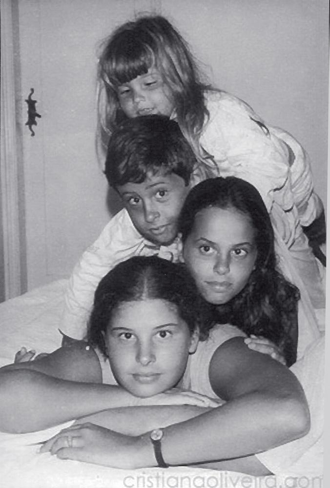 Cristiana, aos 4 anos, com os irmãos Oscar, Beatriz e Inês