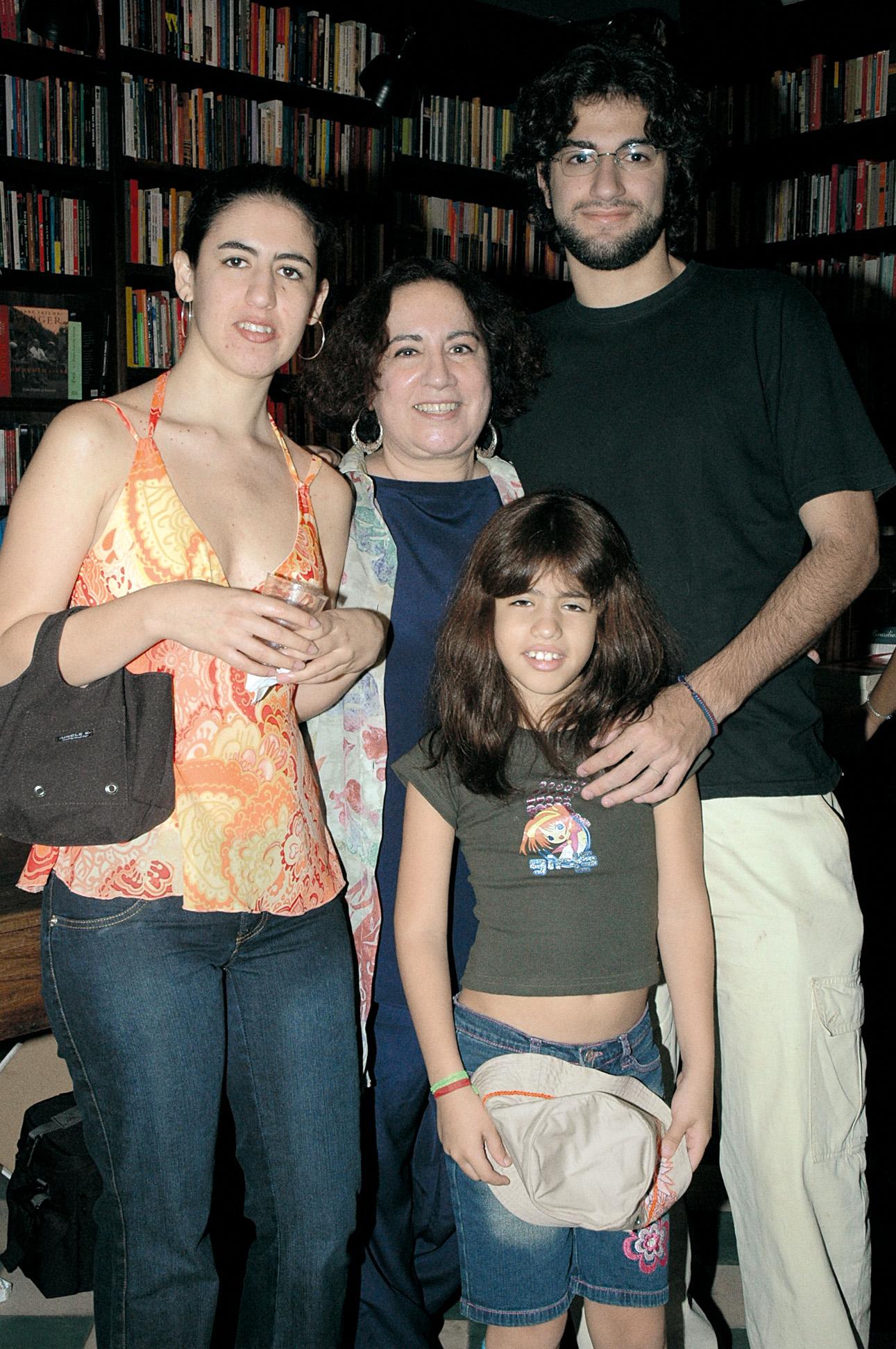 No lançamento de O livro de ouro do sexo, em 2005, com os filhos, Taísa e Deni, e a neta Diana