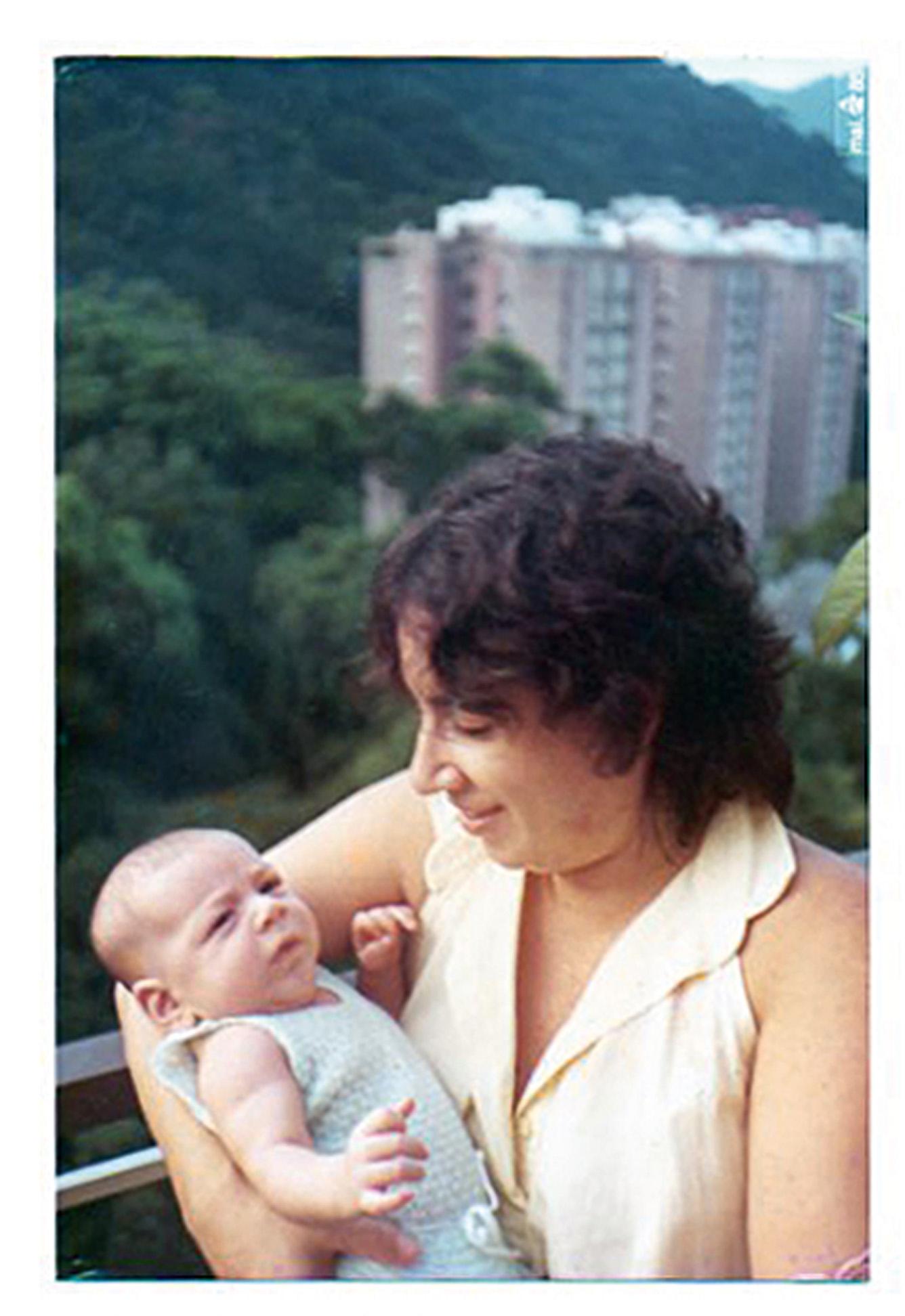 Segurando o recém-nascido Deni, em 1985