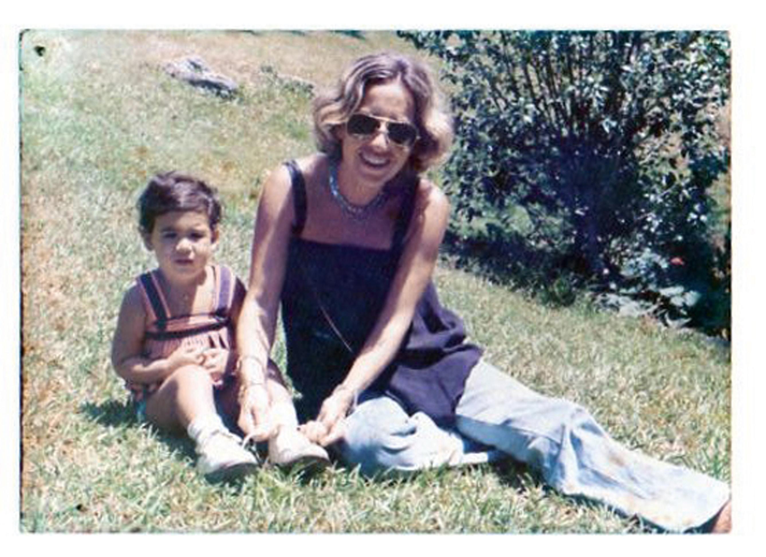 Com a filha, Taísa, no Rio, em 1977