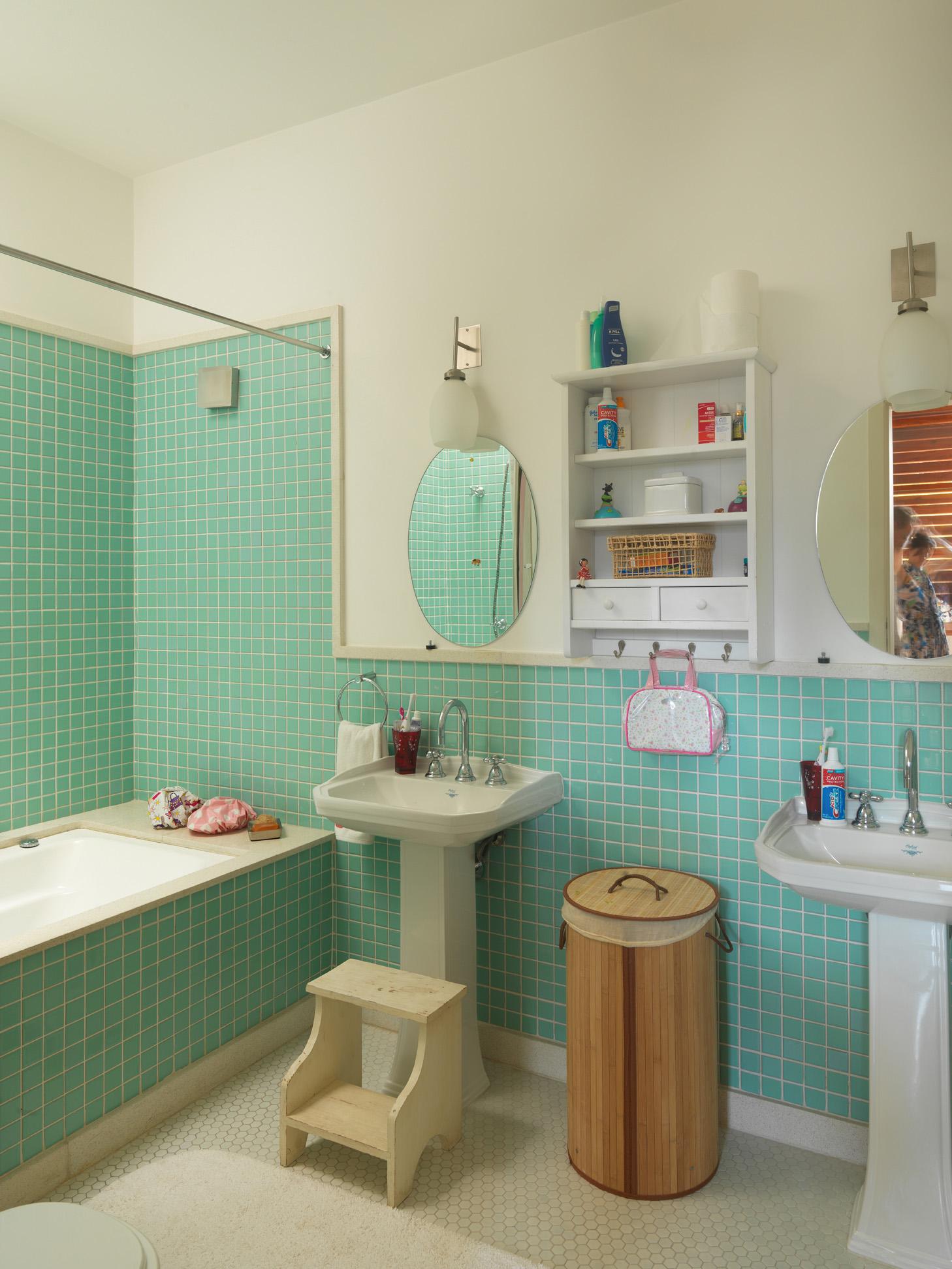 Verde-água - O banheiro foi todo reformado com pastilhas de vidro. Banquinho do Depósito Santa Fé