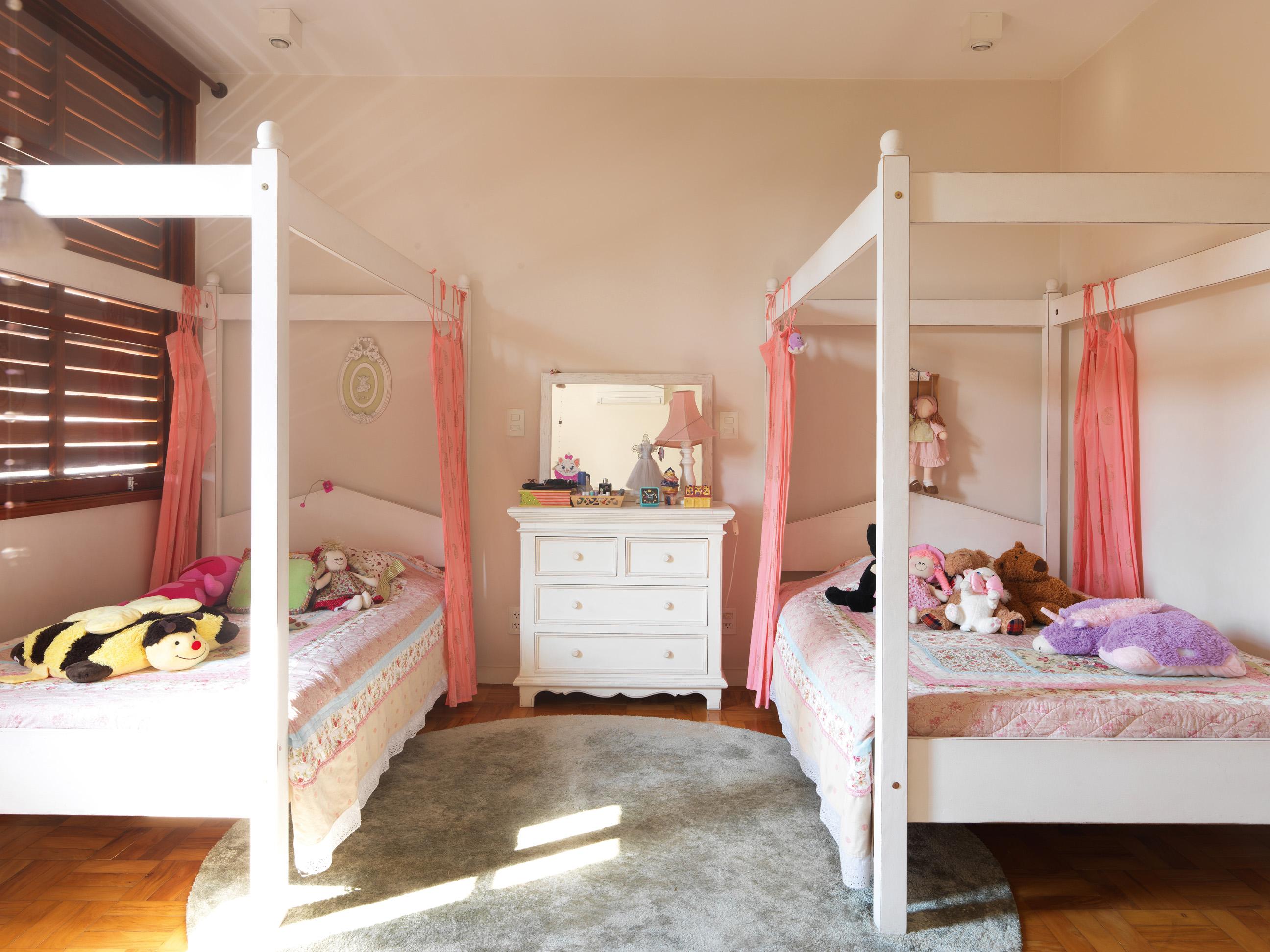 De menina - Quarto das crianças com móveis do Depósito Santa Fé, colchas Pottery Barn e cortinas vindas da Índia. Tapete Square Foot