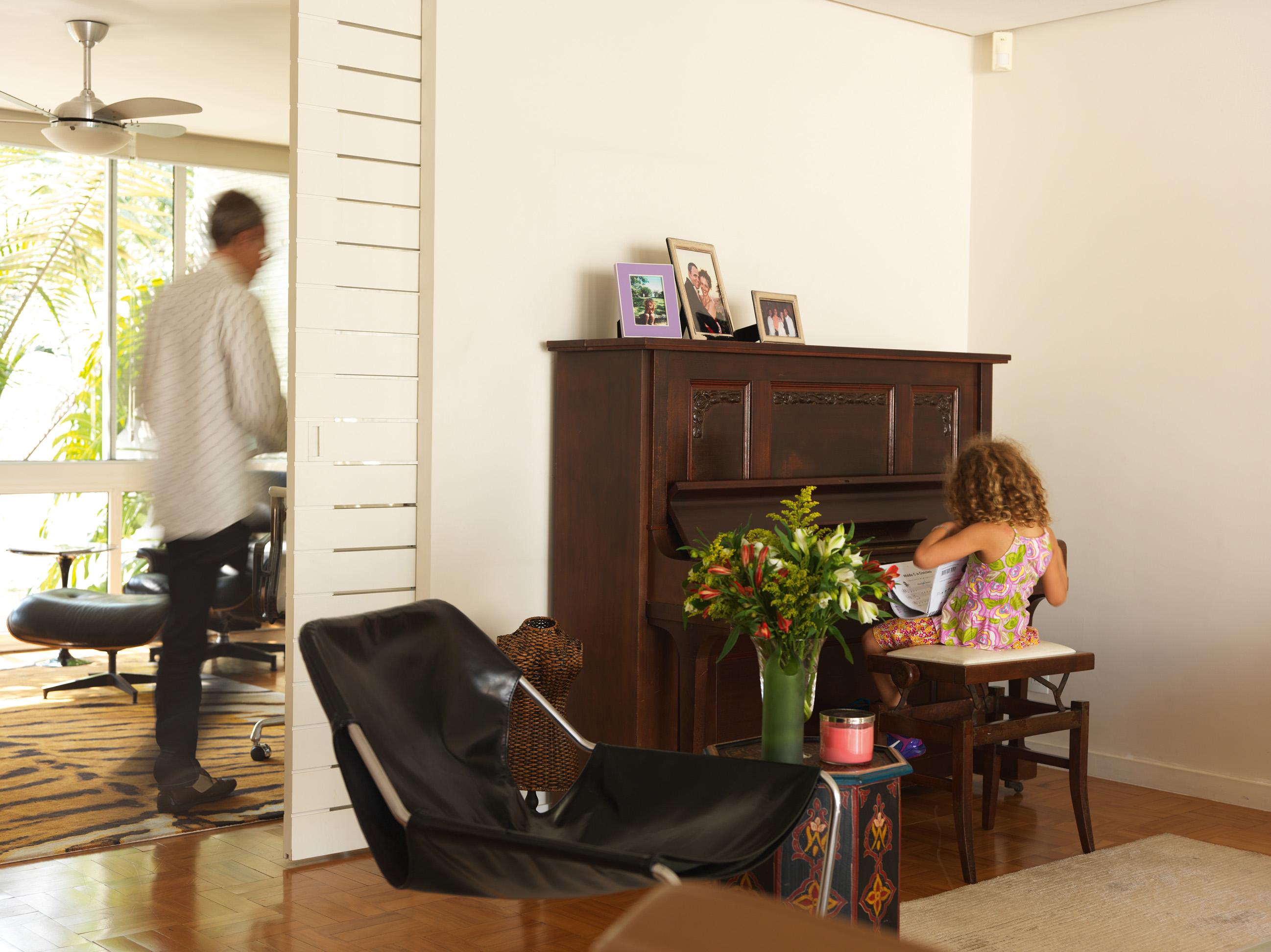 Trilha sonora - Sophie estuda suas lições de piano no instrumento da família de Carlos. Poltrona Paulistano, de Paulo Mendes da Rocha