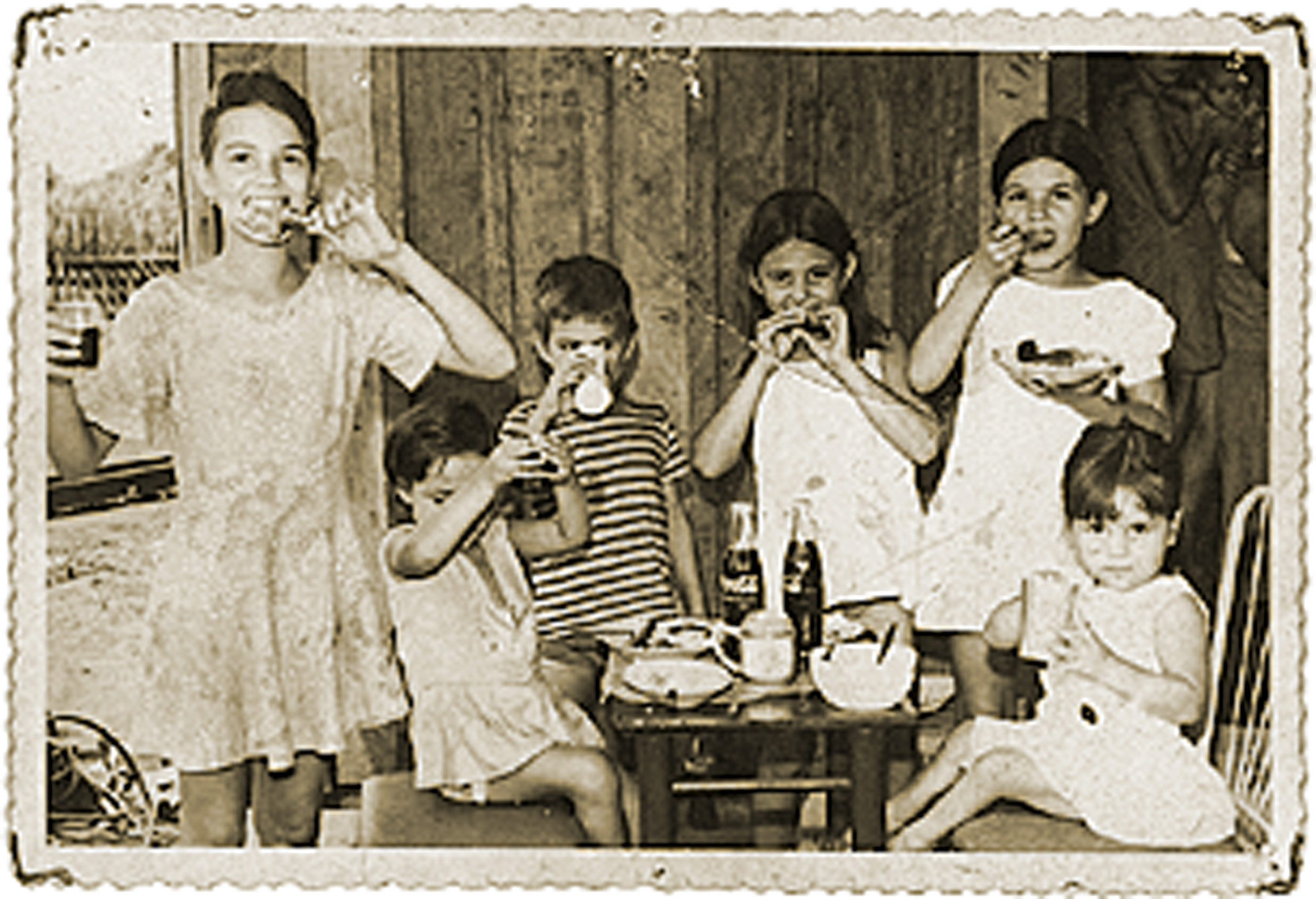 com os irmãos Bill, Lucenir e Leid, em pé, e duas amigas, sentadas