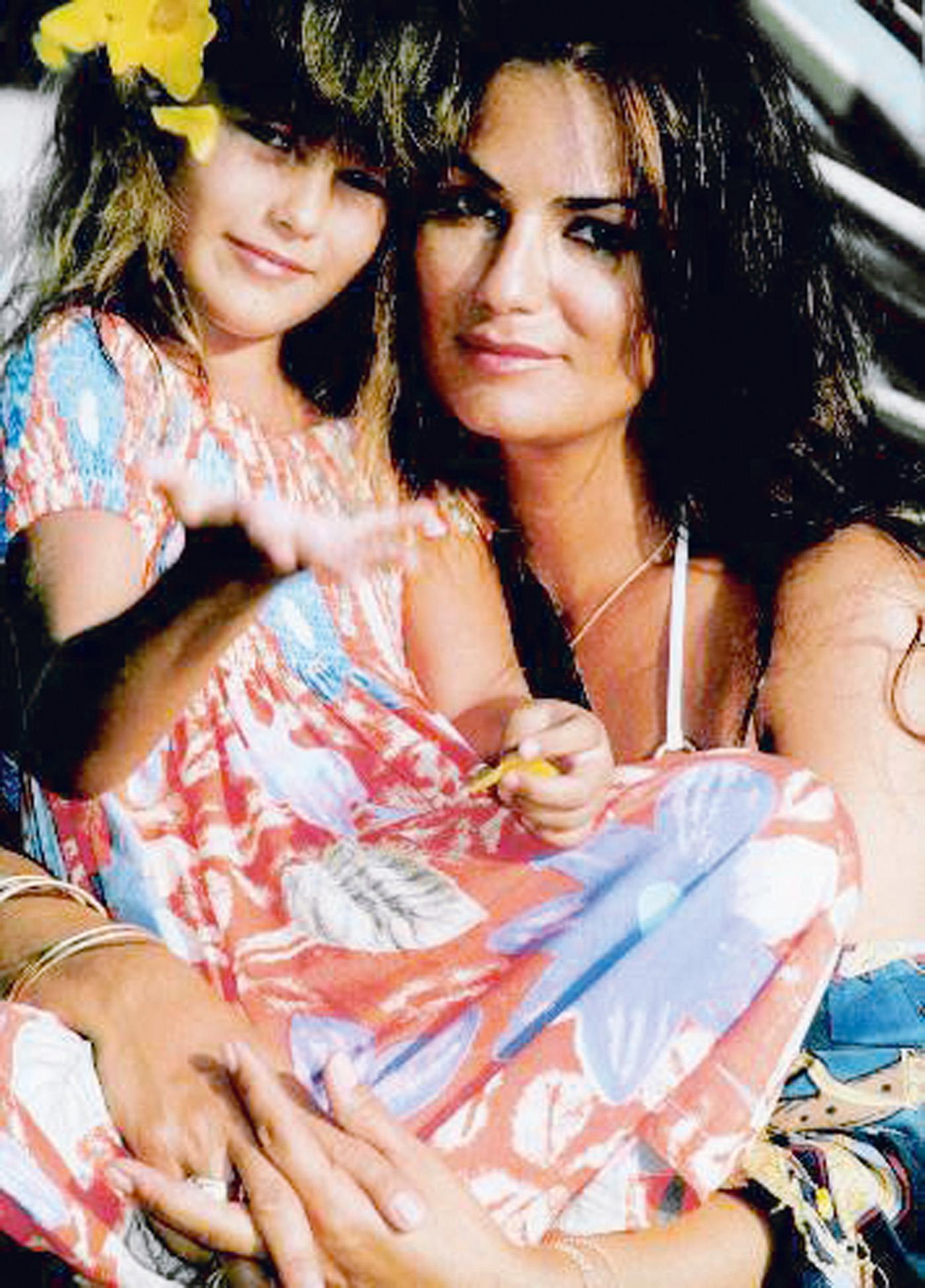 Posando com Yasmin, que já levava jeito para a profissão de modelo, aos 5 anos