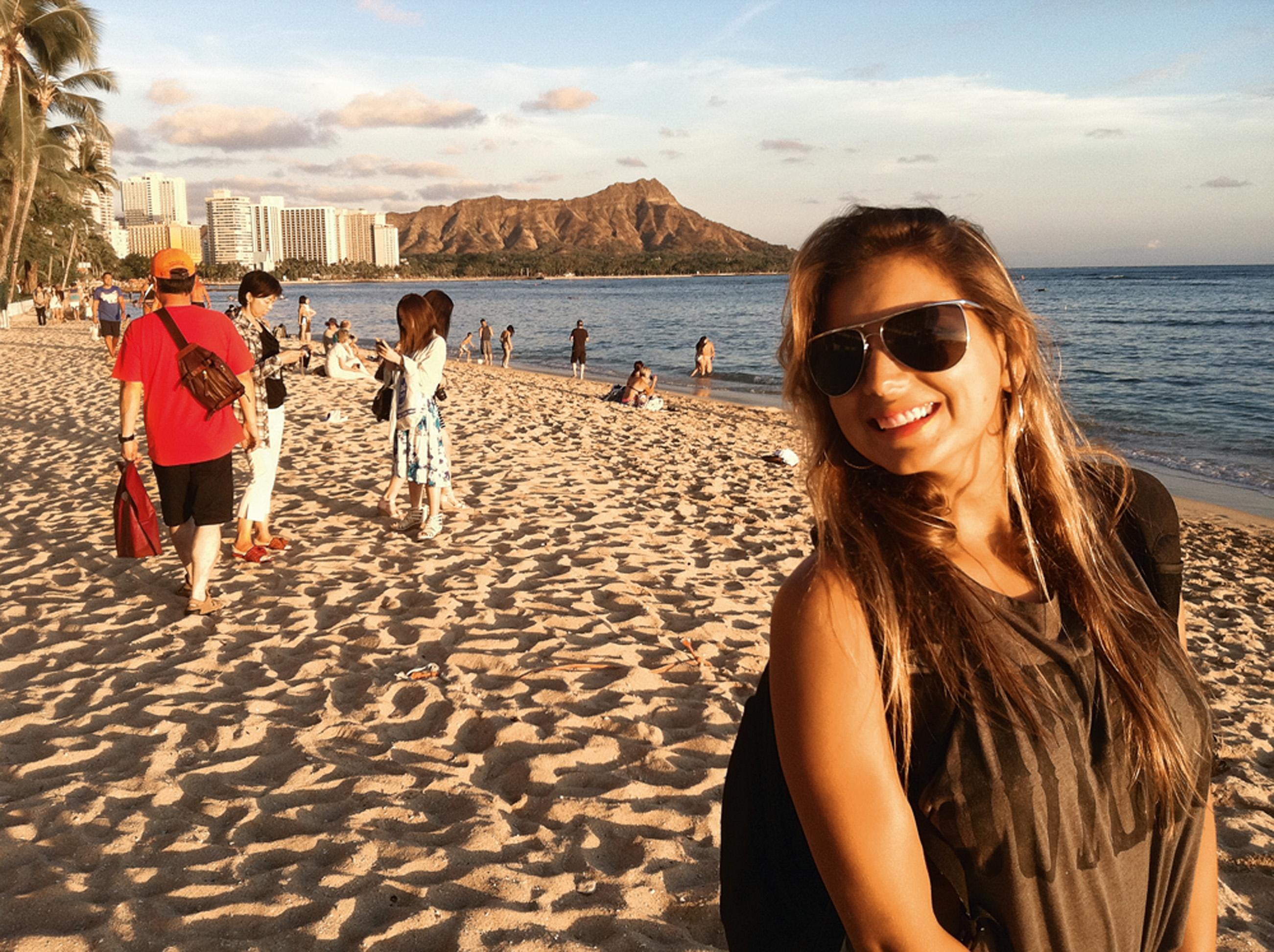 Waikiki, Honolulu, Havaí - Para aprender a surfar. É o melhor lugar do mundo para aprender, com ondas longas e pequenas [repare no mar calmo atrás de Maya, na foto]. Você pode alugar uma prancha na beira da praia e ainda contratar uma aula. É muito divertido