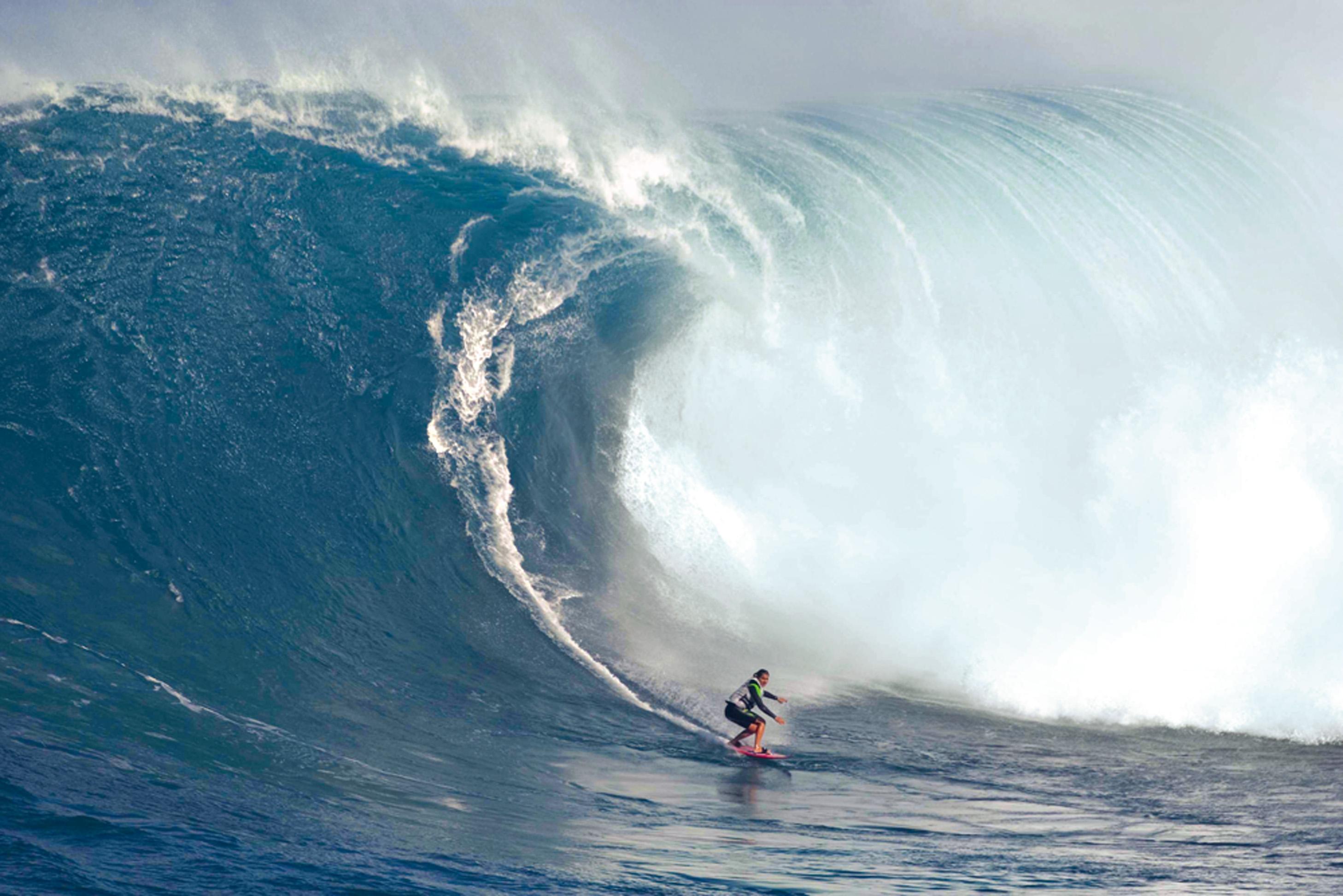 Jaws, Maui, Havaí - Conhecida como a praia com a maior onda do mundo, Jaws, que significa mandíbula em inglês, fica na ilha de Maui, no Havaí. Foi nela que o tow-in (a técnica em que o surfista é levado até a onda com a ajuda de um jet ski) ganhou fama mundial com nomes como Laird Hamilton. Nos anos 90, ele foi ao limite do que se imaginava possível no surf. É de lá também a abertura de James Bond 007 – Um novo dia para morrer, com imagens do próprio Laird surfando uma onda gigante. [Na foto, Maya surfa com um colete salva-vidas]
