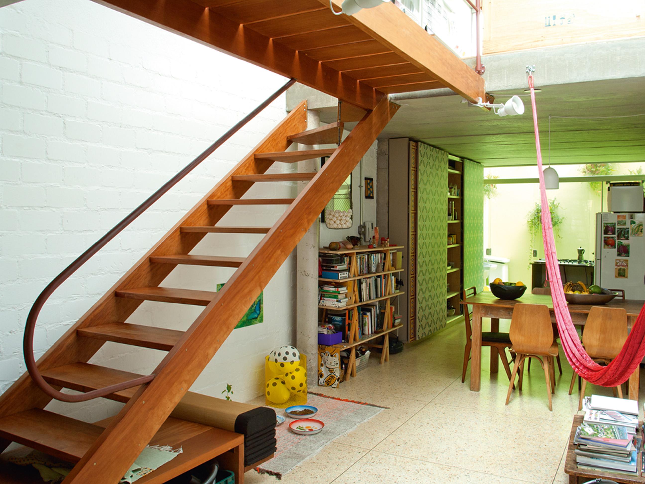 Composição - Escada executada pela Marcenaria Pissolato. A rede faz parte da obra de Hector Zamora exibida em Nagoya, Japão, em 2010. Acima da estante, obra Ping poem, de Lenora de Barros