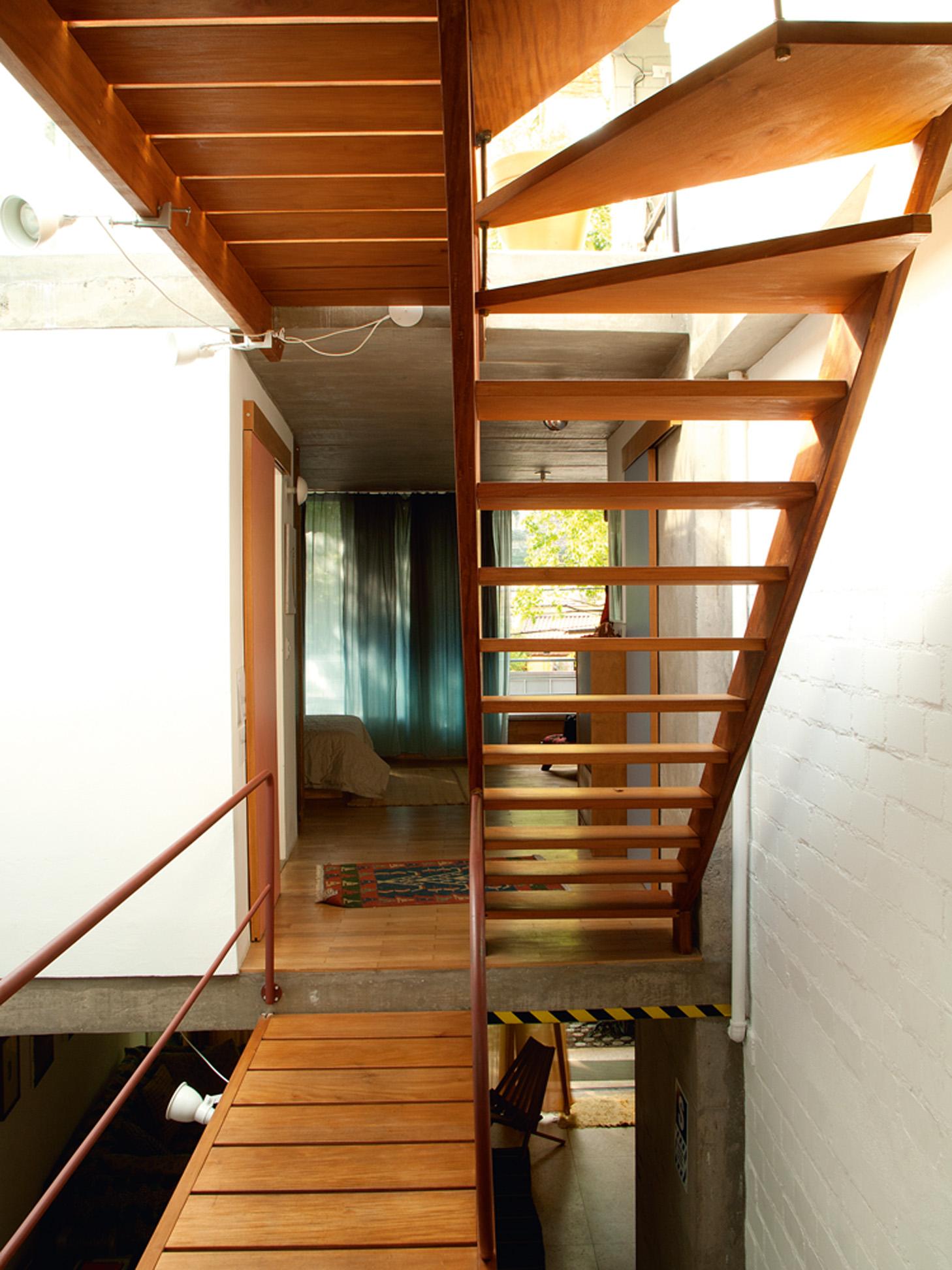 De passagem - A escada, projetada por Marco Donini e com corrimão de Douglas de Camargo, é o ponto central da casa e liga os três andares com personalidade