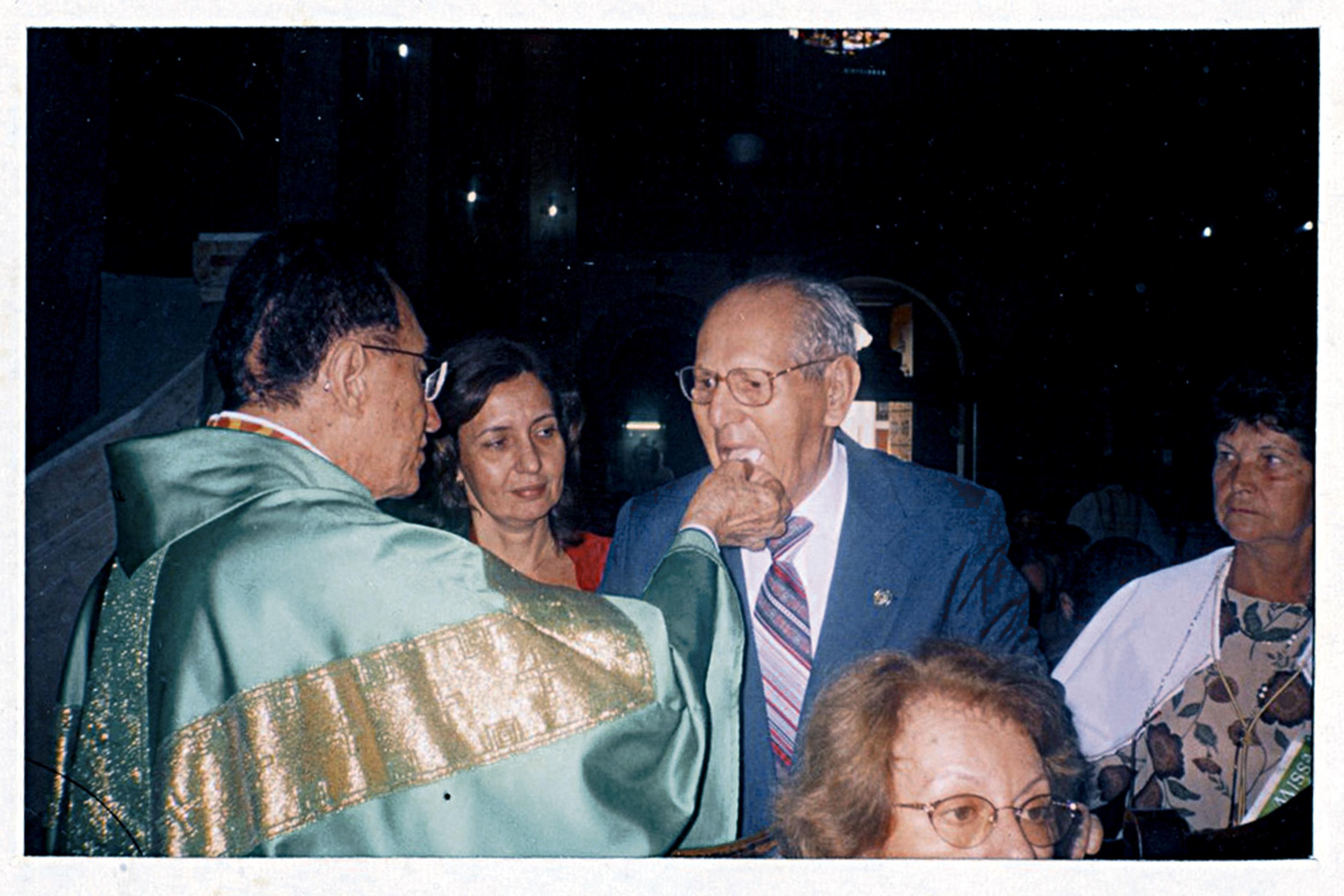 Com o pai, católico fervoroso, recebendo hóstia