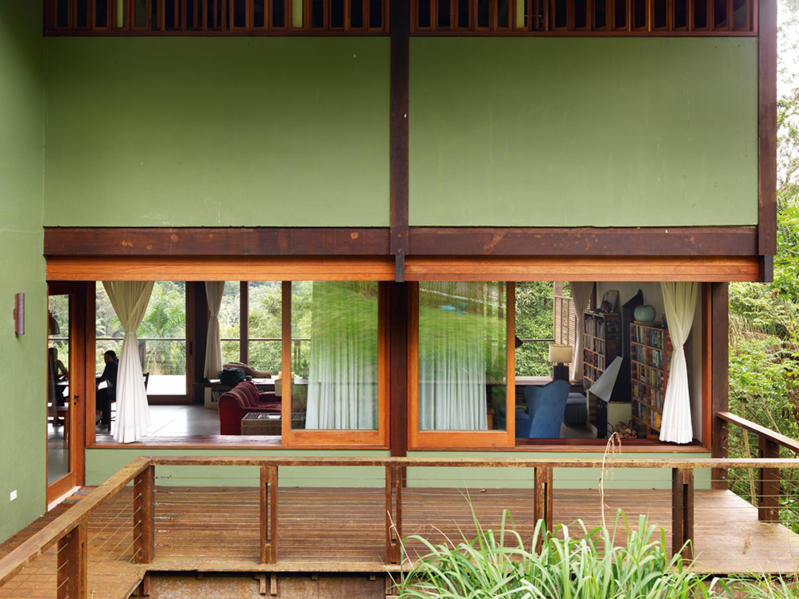 Ar livre: Fachada da casa, vista da rua. O projeto de Beto Figueredo, da Ouriço Arquitetura, deixa a casa suspensa e ventilada