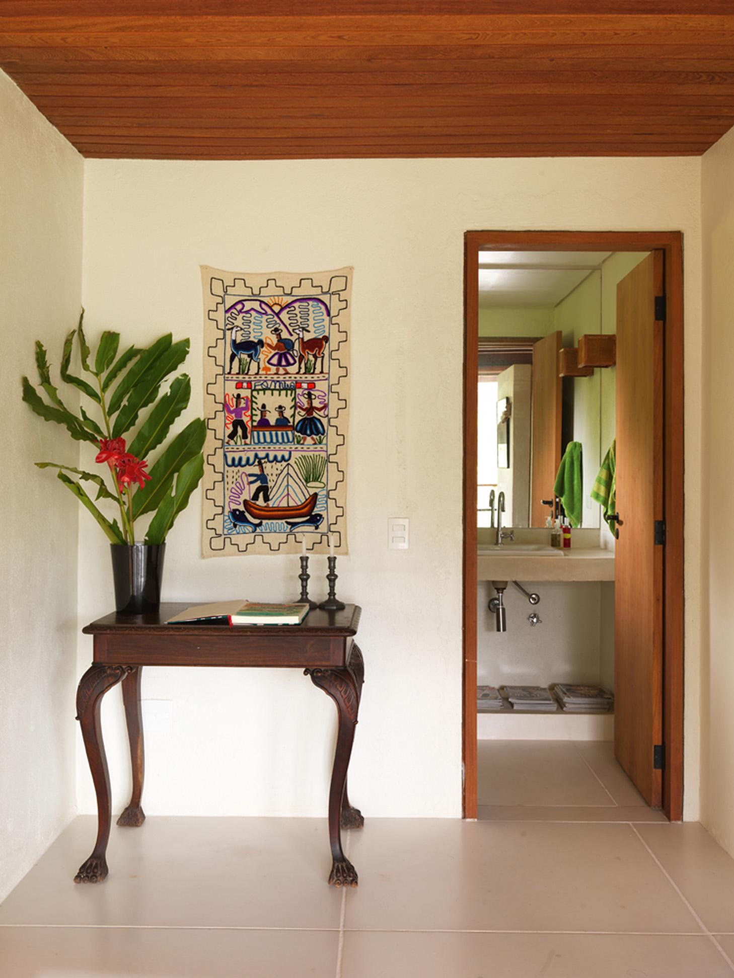 Cantinho: A mesinha é herança de família e a tapeçaria foi trazida de El Calafate, na Patagônia argentina