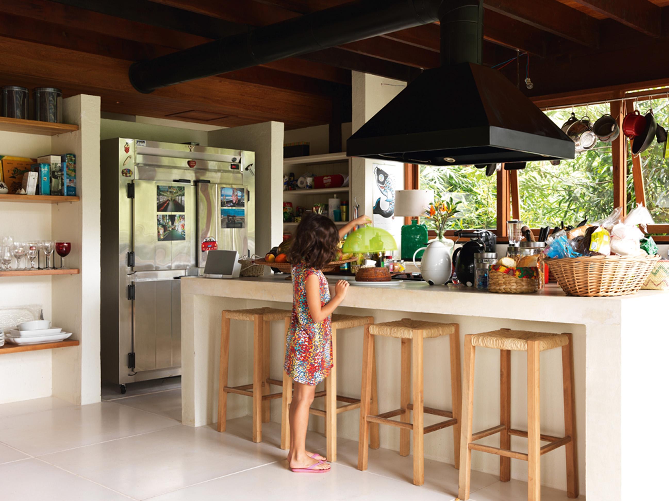 Para todos:  A cozinha é toda aberta e garante a integração dos cozinheiros com o restante da família e dos amigos. A geladeira industrial foi comprada na rua Paula Souza, em São Paulo