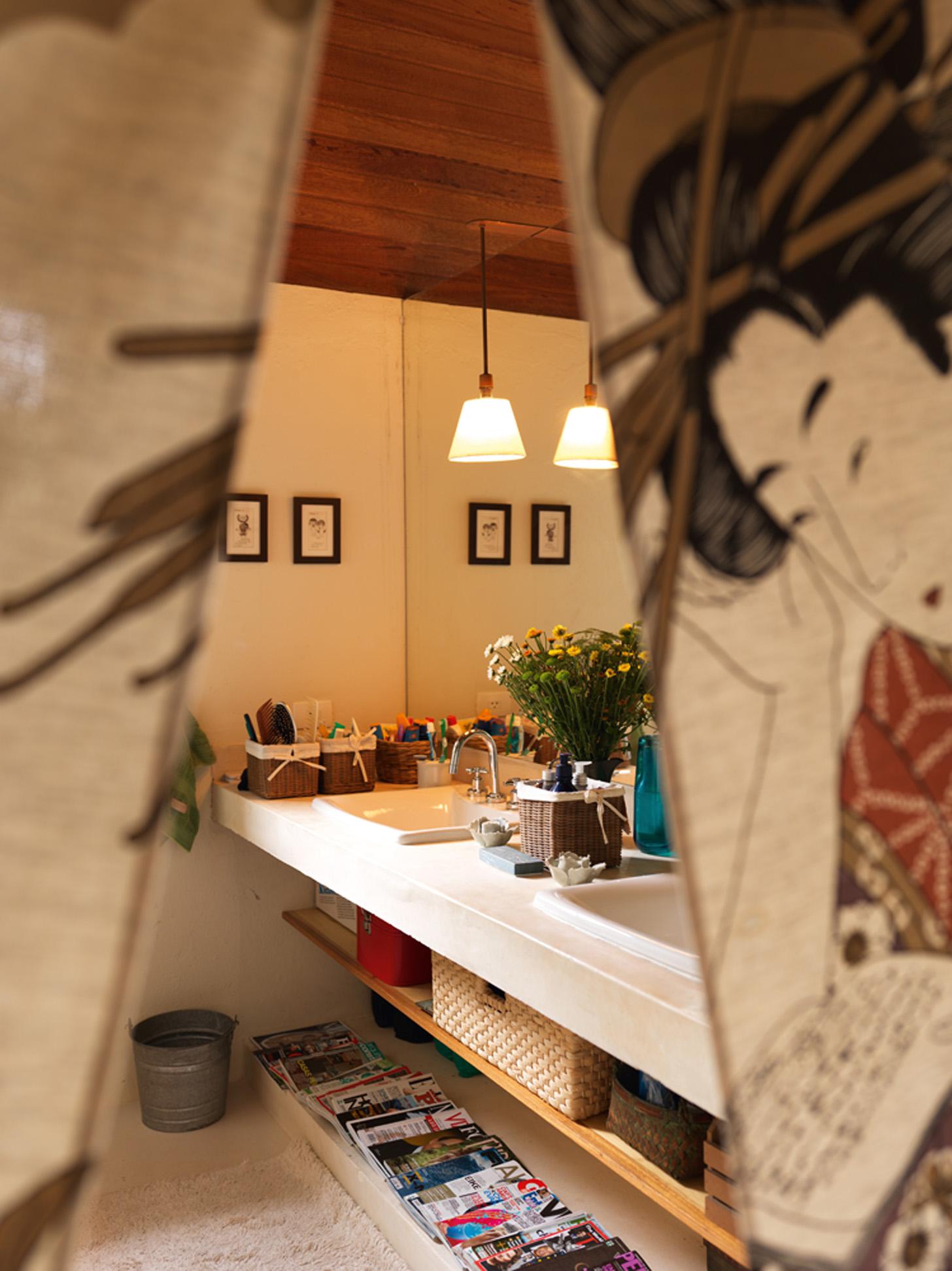 Discrição: Na entrada do banheiro, cortina trazida do Japão. Iluminação da Lightworks