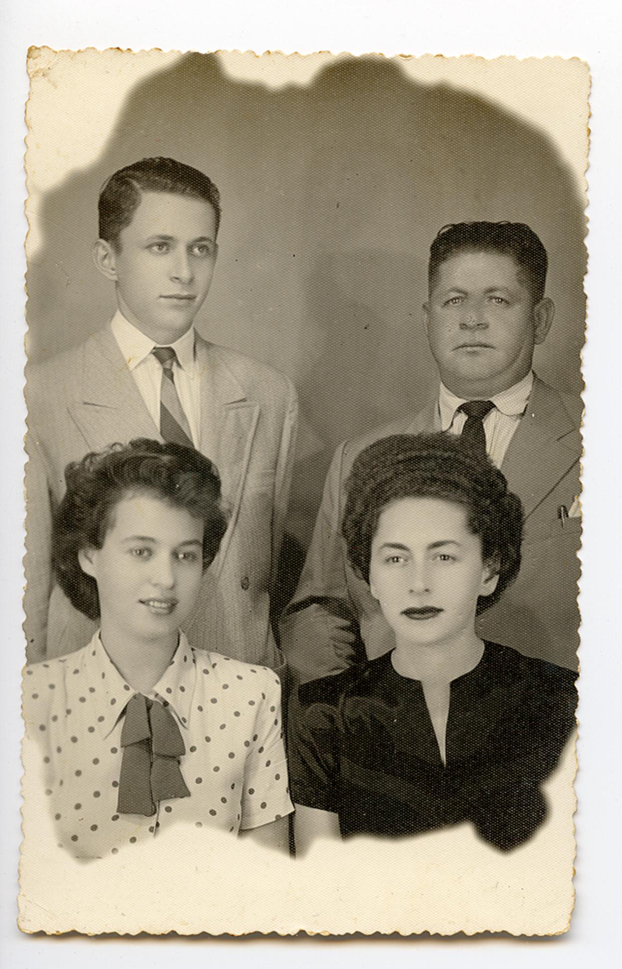 Retrato de família: em sentido horário, o irmão, Abraão, o pai, Gdal, Clara e a irmã, Sara, em Recife, pouco após a morte de sua mãe