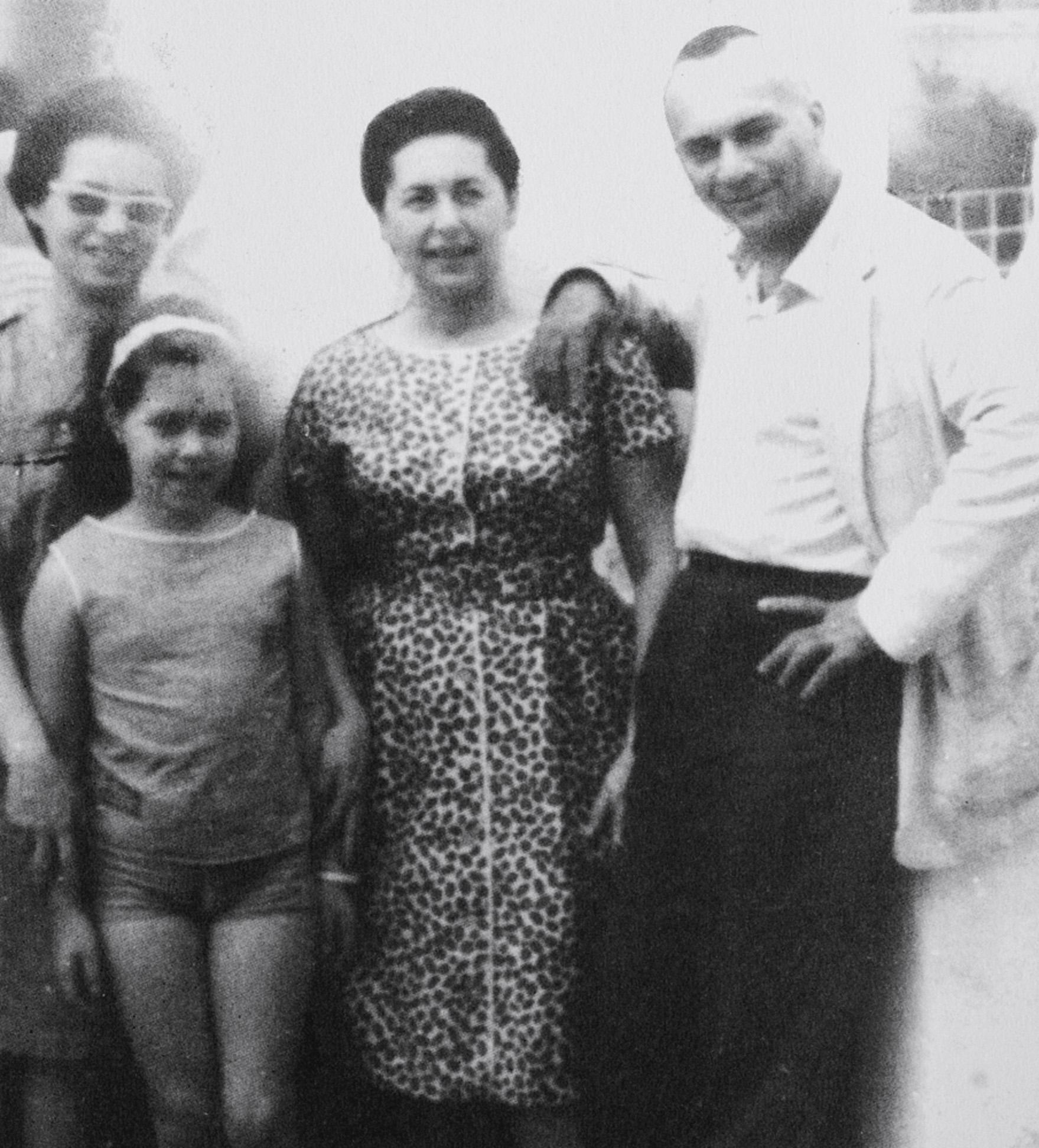 Em rara foto do casal, Clara, no centro, rodeada por Marighella, a irmã dele, Teresa, e a sobrinha, Esther Grinspum, em 1963