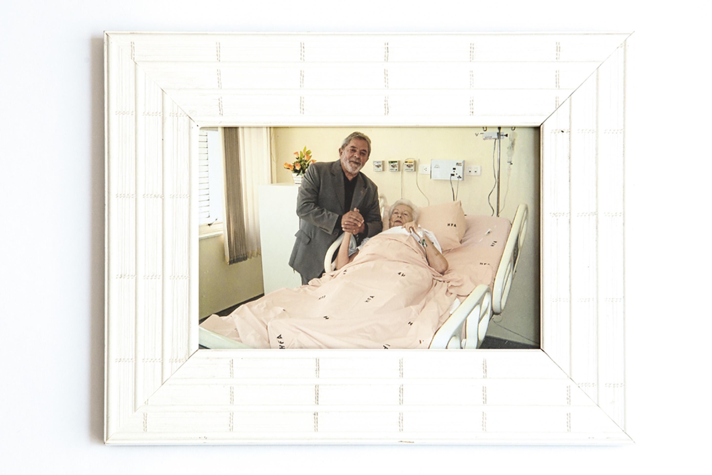 Recebendo visita de Lula, então presidente, que conseguiu especialmente que ela fosse internada no hospital das Forças Armadas, onde foi operada de uma fratura no fêmur, em 2010