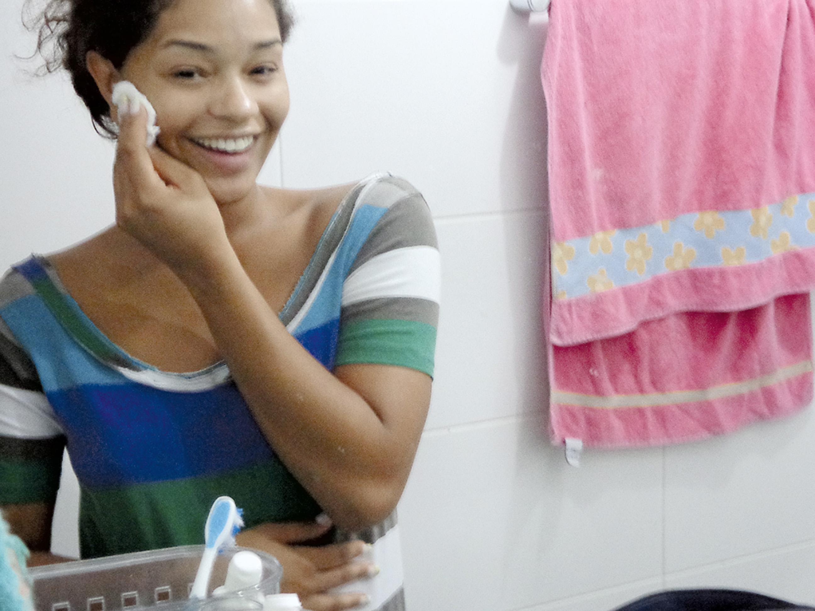 01:30 - Antes de me deitar, limpo o rosto tirando a maquiagem do dia.