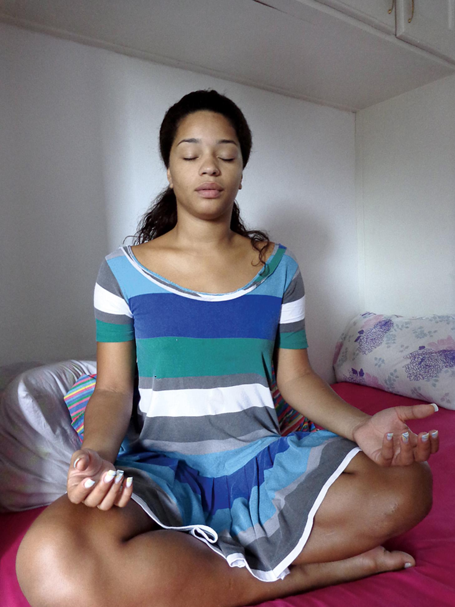 08:00 - Para começar bem o dia, acendo um incenso e faço uma oração.