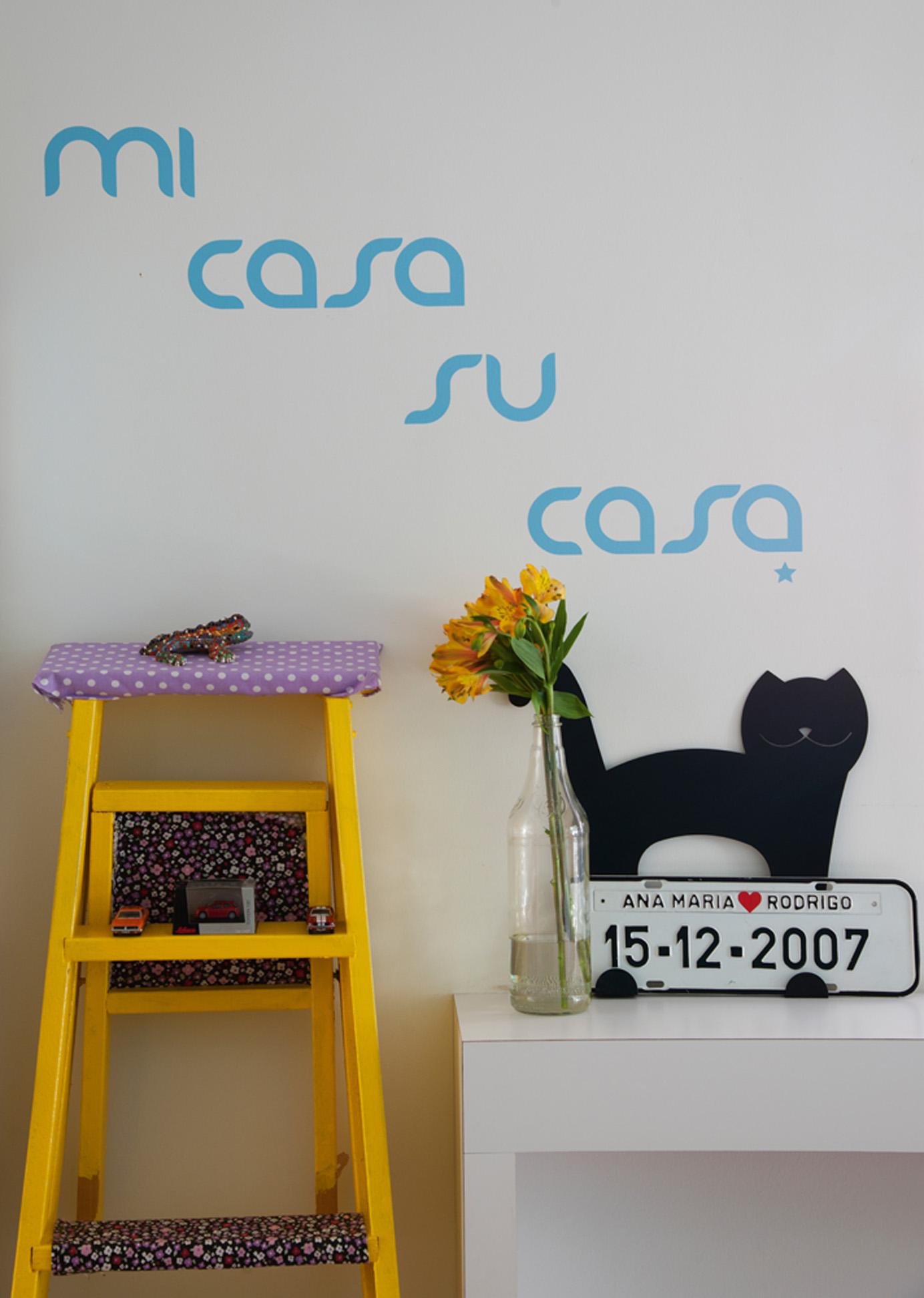 Degraus: No balcão entre a cozinha e a sala, adesivo de W3Marias e escadinha feita por ana. O gatinho é da Tok&Stok e a placa é suvenir do dia do casamento