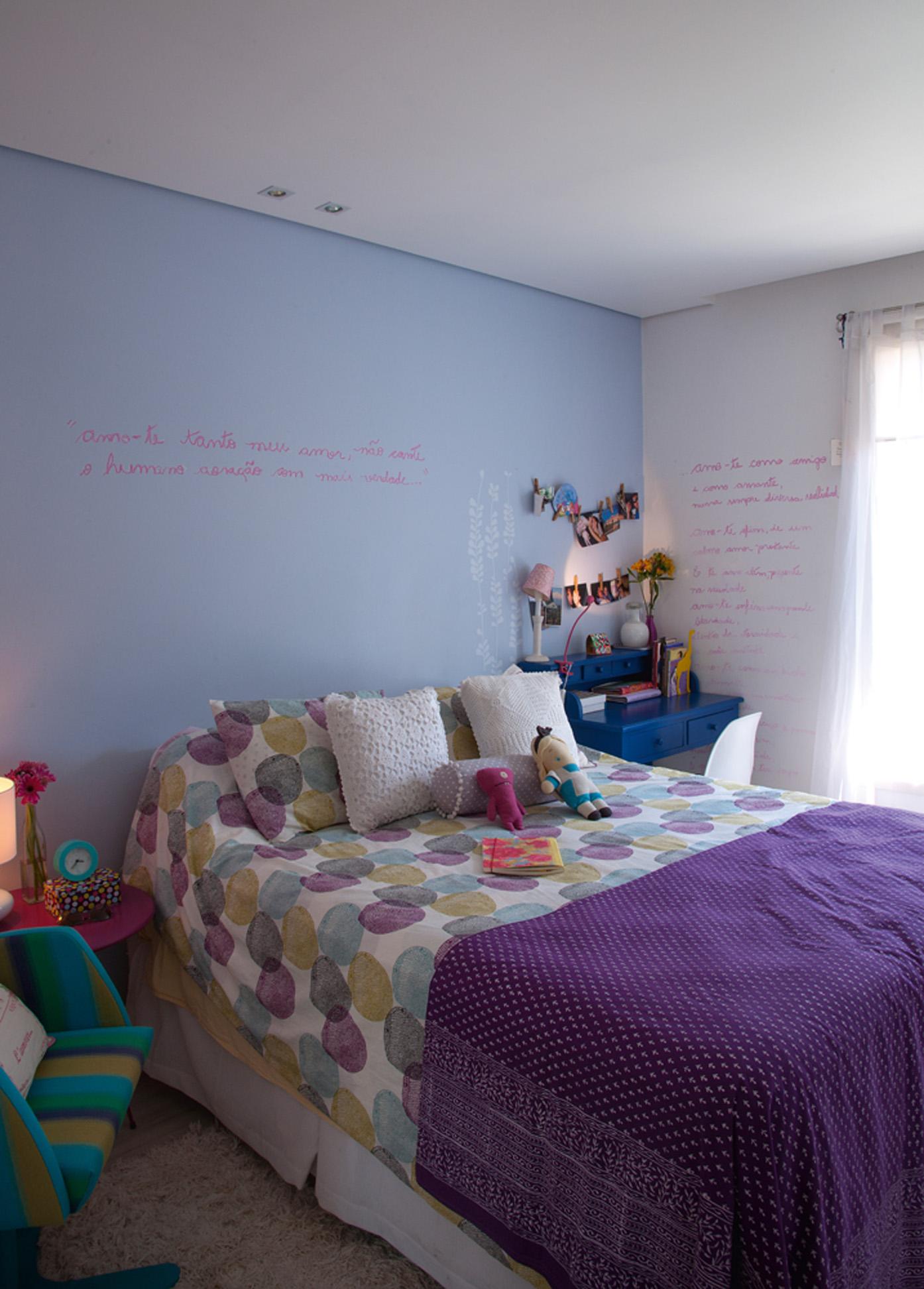 Feito à mão: Na cama, colchas da Cinerama e Ikea. A penteadeira do fundo foi comprada em uma loja de antiguidades. Na parede, versos escritos com giz por ela