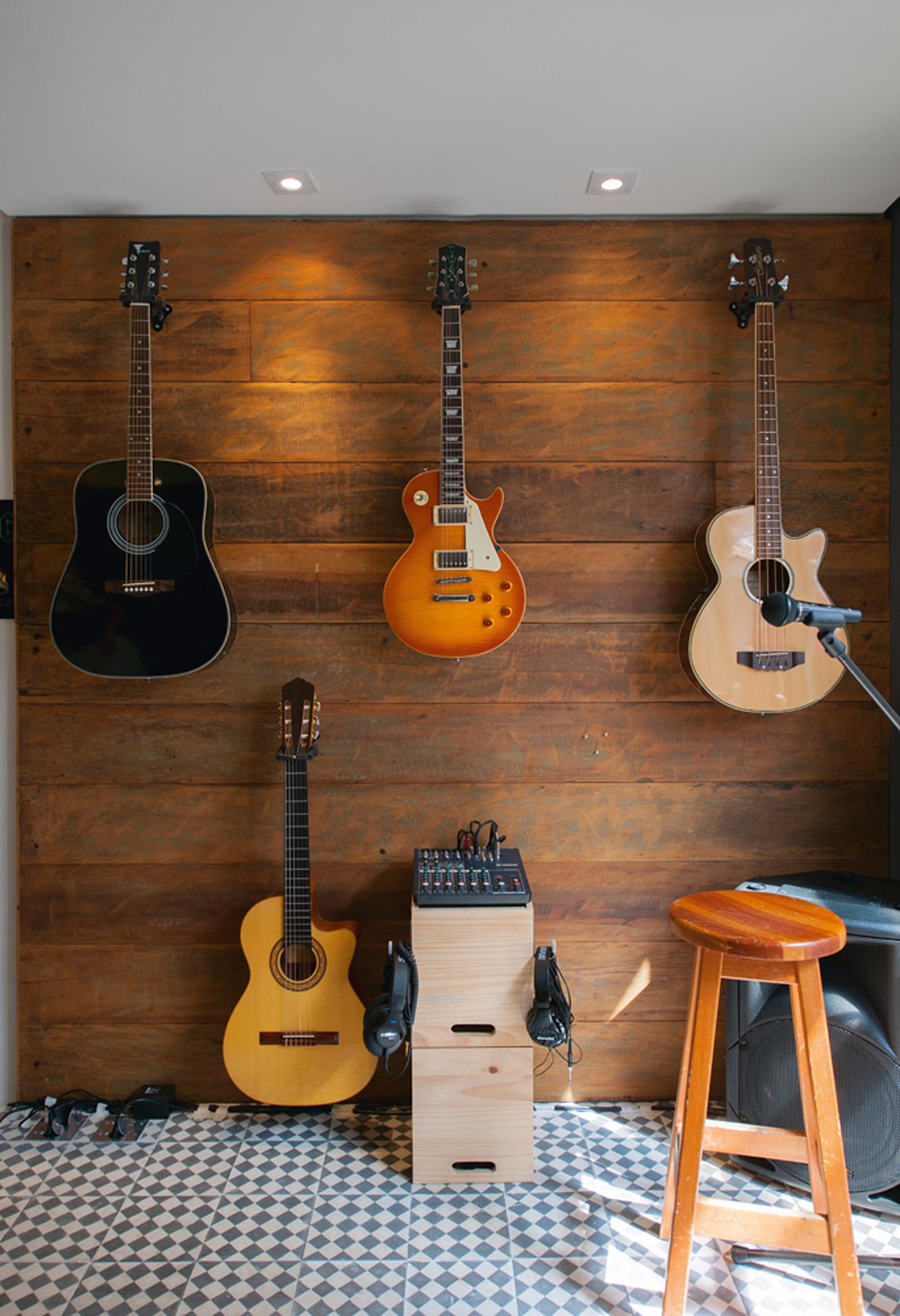 Na batida perfeita:  O estúdio, recém-construído, é o canto preferido. O piso de ladrilho hidráulico é da Leroy Merlin e o painel, de madeira de demolição