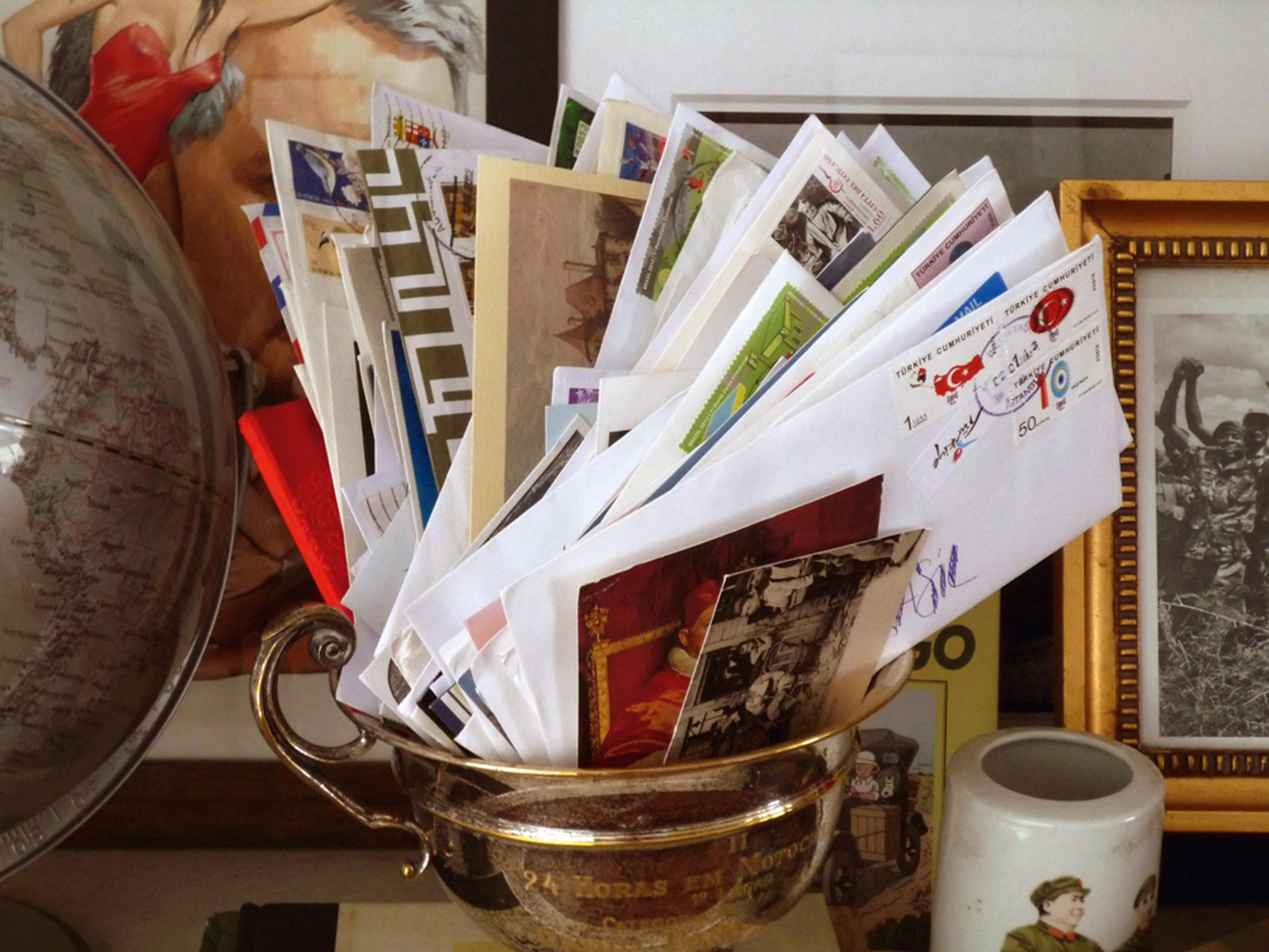 """""""Coloco minhas impressões, um ingresso de museu, pedaços de memória e mando pra mim"""""""