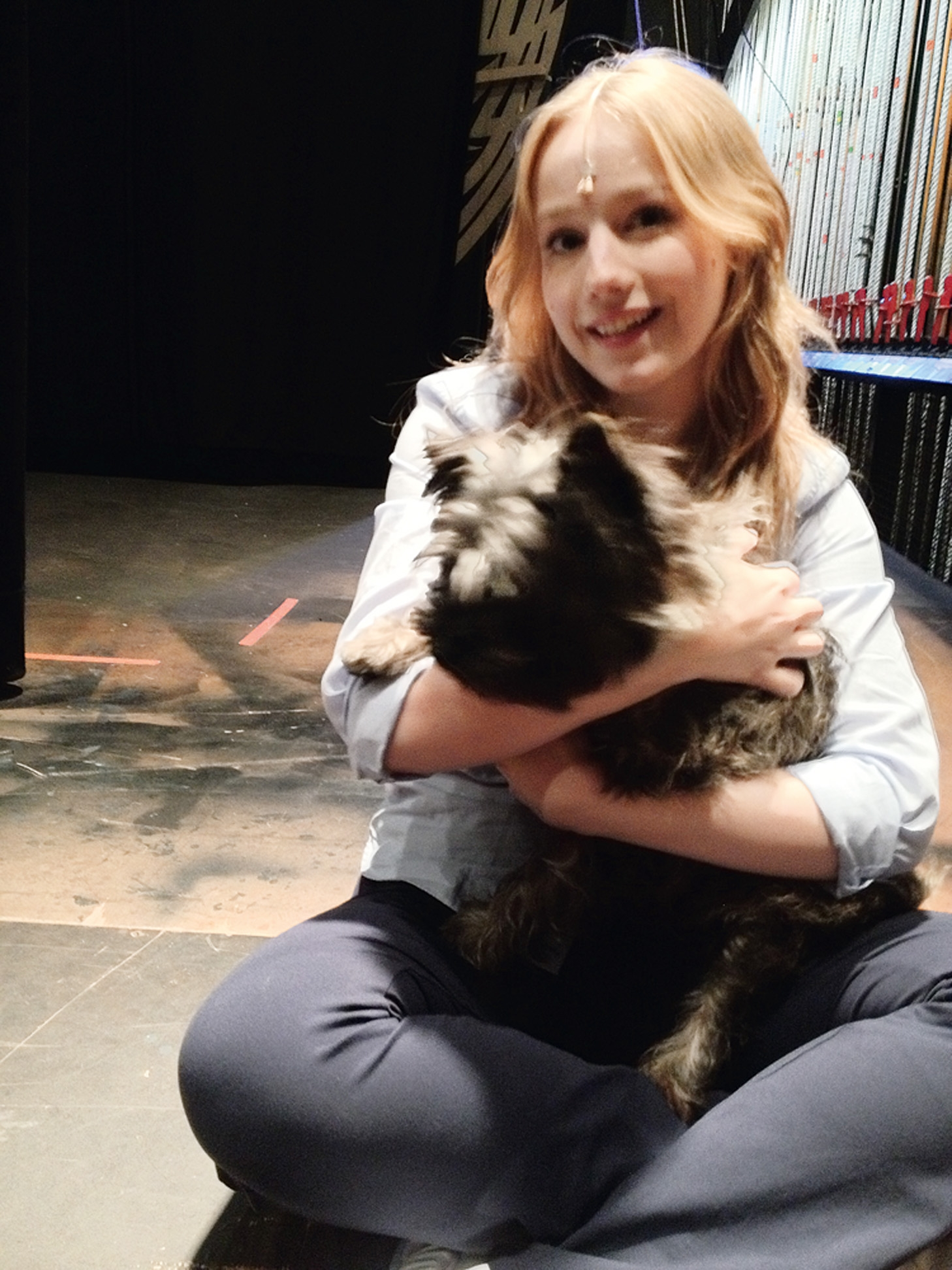 """17:30 - """"No intervalo do ensaio, brinco com um dos três cachorros que interpretam o Totó."""""""