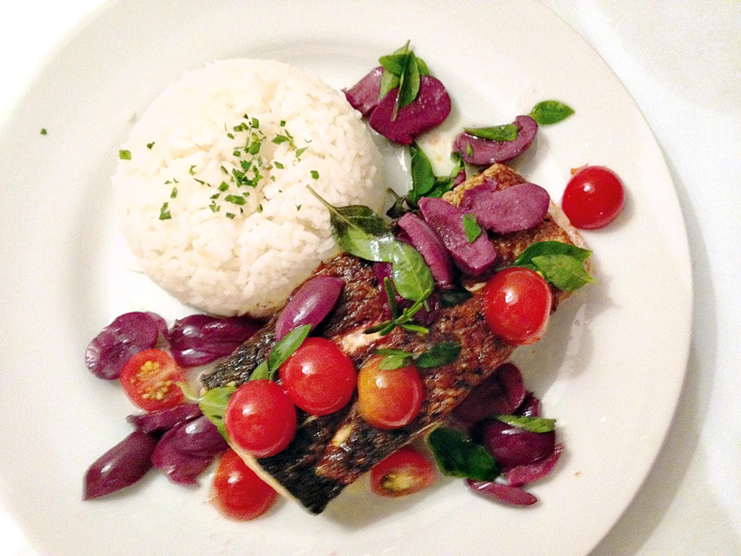 """22:00 """"Jantar no hotel depois de um dia cheio: salmão grelhado com azeitonas, tomate e arroz."""""""